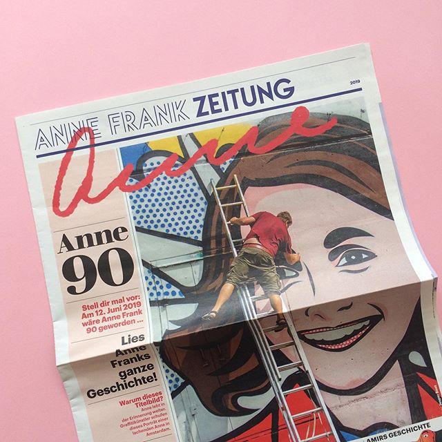 Nu ook voor Duitsland! Anne Frank Zeitung. Deze wordt in Duitsland gratis verspreid bij scholen in het kader van de Anne Frank Tag op 12 juni (haar geboortedag, ze zou dit jaar 90 geworden zijn). Een educatieve krant voor kinderen van ongeveer 11/12 jaar. De krant en de docentenhandleiding zijn vertaald en wij hebben ze in onze vormgeving gegoten. Trots! Ontwerp en artdirection ism @erik_olde_hanhof. . #aanefrank #annefrankkrant #annefrankzeitung #artdirection #concept #grafischontwerp #typografie #lespakket #educatief #basisonderwijs #krant #docentenhandleiding #anne90jaar @annefrankzentrum
