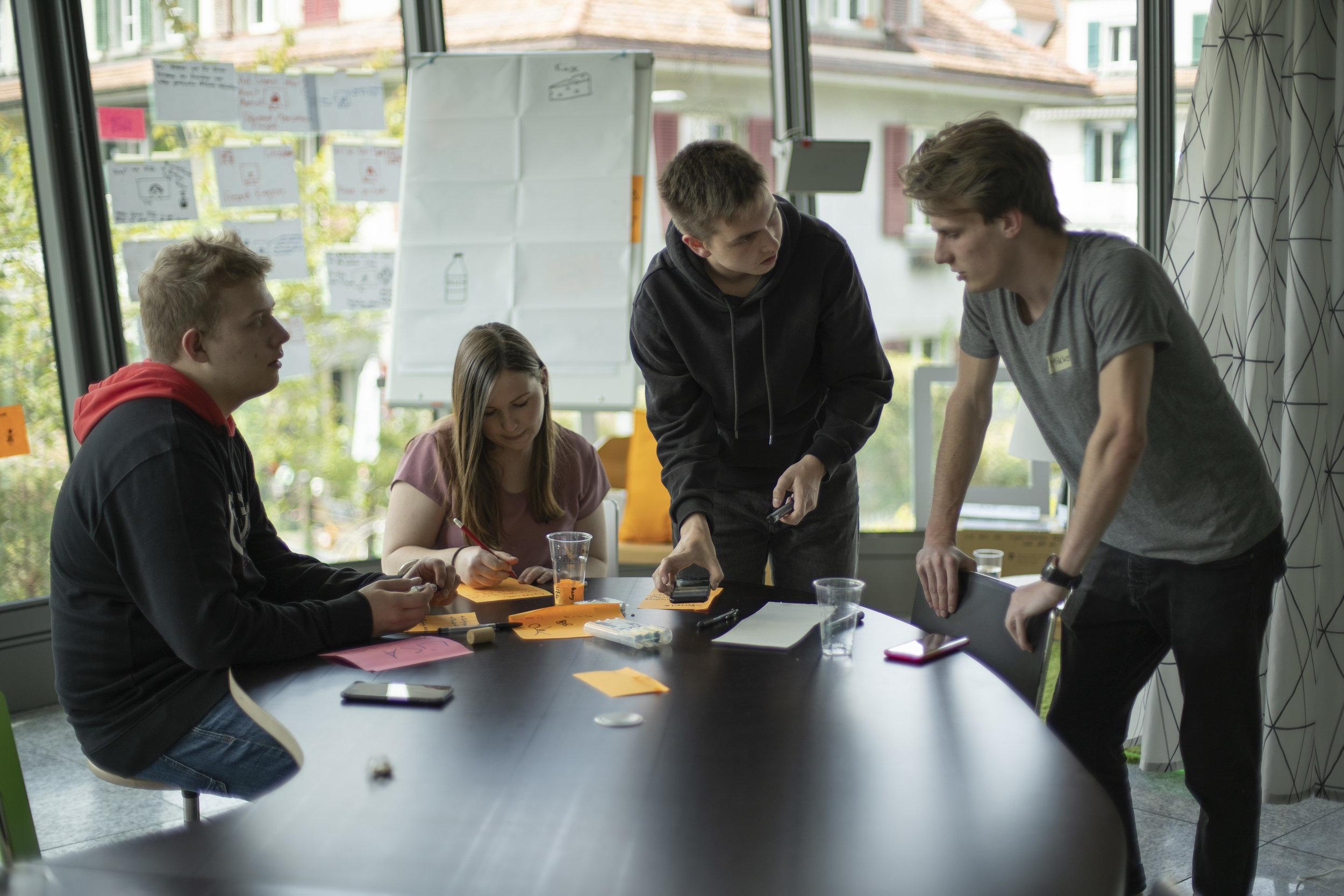 Design Thinking ist eine kreativer Lösungsansatz, der von den erfolgreichsten Firmen der Welt eingesetzt wird. Bei INNOROOKIE erlebst und lernst du daraus das Wichtigste Innovations-Handwerk. Du arbeitest in einem Team, an einer eigenen Idee - und präsentierst sie, um wertvolles Feedback zur Weiterentwicklung zu erhalten.