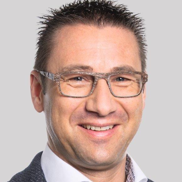 Daniel Baumann ist Inhaber und Generalagent der Mobiliar Belp mit 35 Mitarbeitenden und 5 Lernenden. Er hat bei der Entstehung von 1001kmu mitgewirkt und versteht sich als KMU-Vernetzer, Unternehmer und Innovator. Die Förderung seiner Lernenden nimmt er sehr ernst: So sind diese ab dem ersten Tag vollumfänglich im Geschäft integriert. Er schickt sie gezielt in mehrtägige Weiterbildungen und Innovations-Trainings, weil er um den Mehrwert seiner jungen Talente im Unternehmen weiss. Daniel Baumanns Lernende dürfen Einsitz in die GL haben und überzeugen mit überdurchschnittlich gute Leistungen. Ein positiver Nebeneffekt ist, dass die Generalagentur Mobiliar Belp kein Nachwuchsproblem hat.