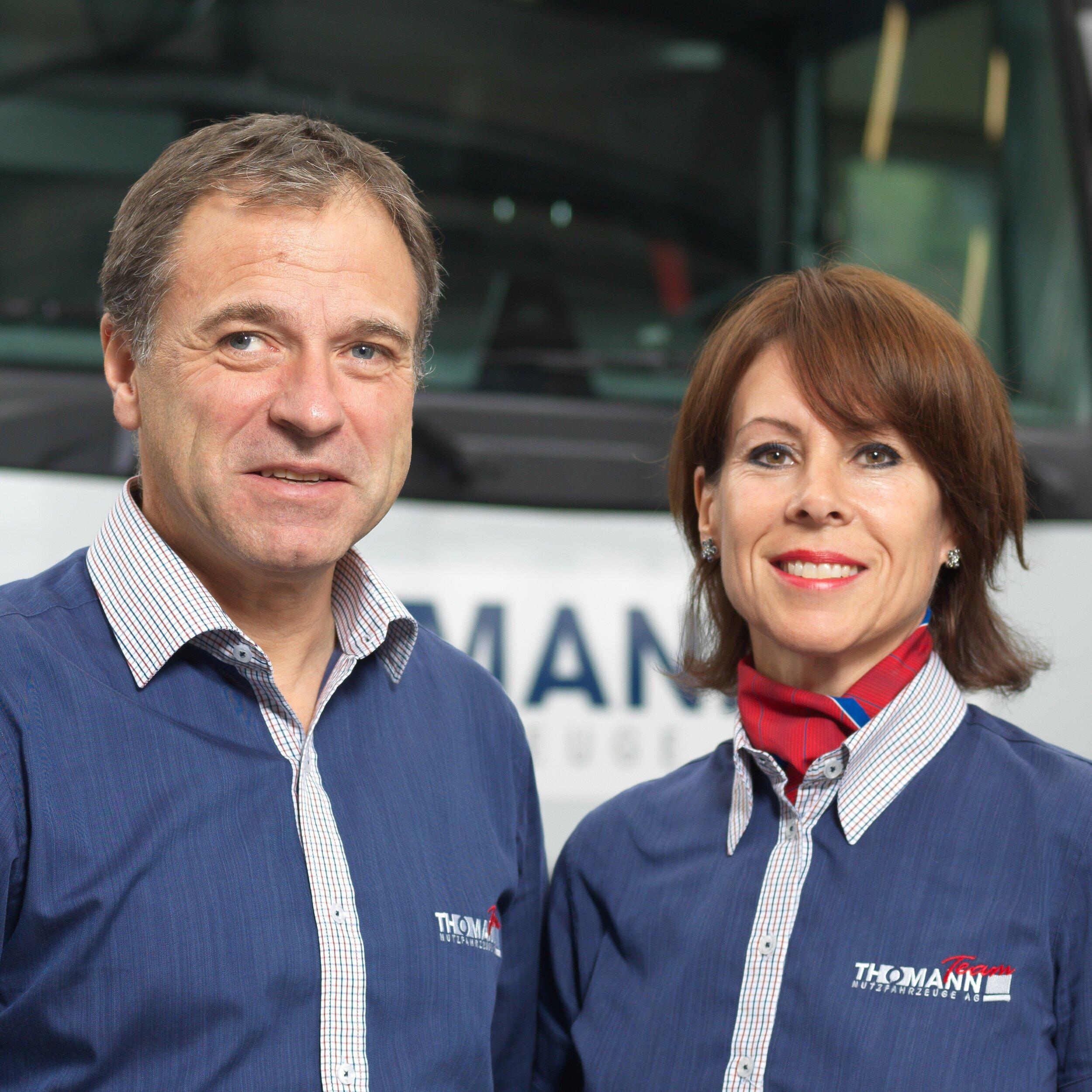 """Luzi und Beatrix Thomann sind Inhaber sowie CEO bzw. Personalverantwortliche der Thomann Nutzfahrzeuge AG, dem marktführenden Nutzfahrzeugdienstleister der Ost- und Südostschweiz. Aus einem Betrieb mit 6 Beschäftigten 1995 haben die beiden das heutige Unternehmen mit 5 Betrieben und rund 200 Beschäftigten (davon 40 Lernende) geformt. Erfolgstreiber sind permanente Innovationen, verbunden mit Kundenorientierung, Macherqualitäten und einer wertschätzenden Grundhaltung. Entsprechend gilt die Thomann Nutzfahrzeuge AG als Trendsetter der Branche. Dem Berufsnachwuchs hat das Unternehmerpaar stets grösste Aufmerksamkeit geschenkt. Ihre Firma hat ein eigenes Lernenden-Leitbild und ist als """"TOP-Ausbildungsbetrieb"""" zertifiziert."""
