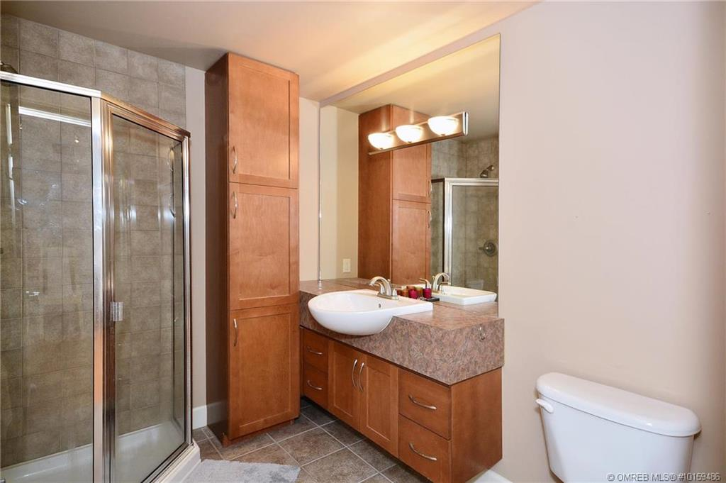 1947-underhill-street-kelowna-bathroom.jpg