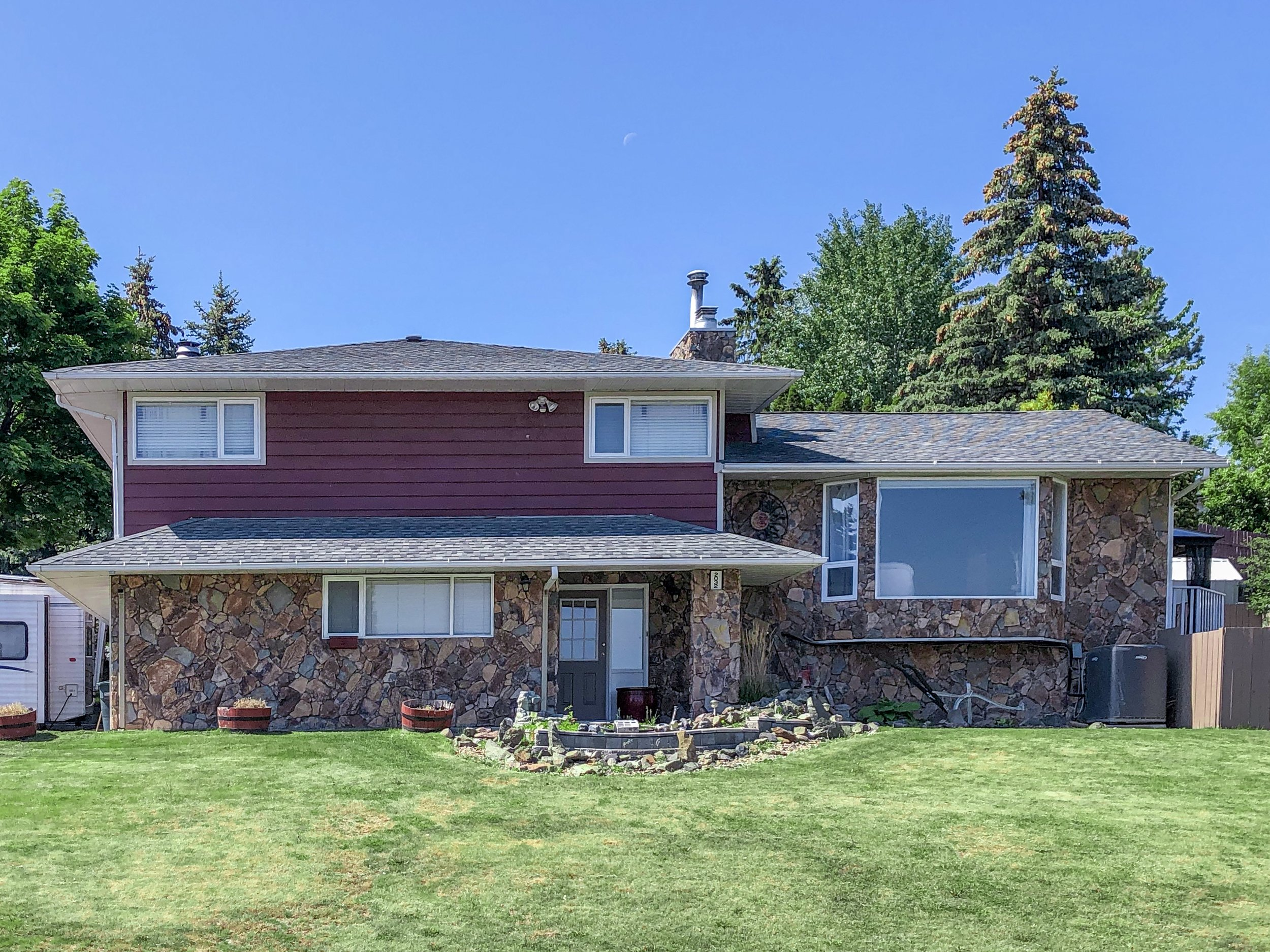 2032-sifton-avenue-kamloops-bc-aberdeen-for-sale-exterior-front.jpg