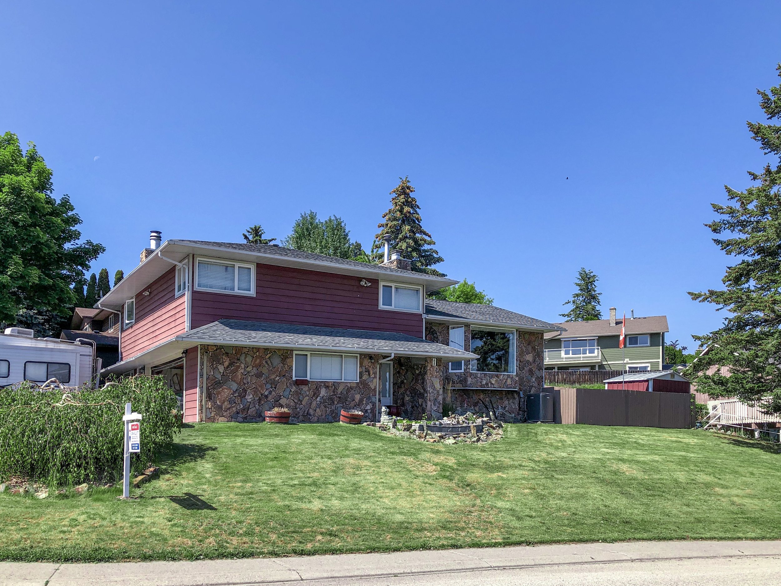 2032-sifton-avenue-kamloops-bc-aberdeen-for-sale-exterior-front-angle.jpg
