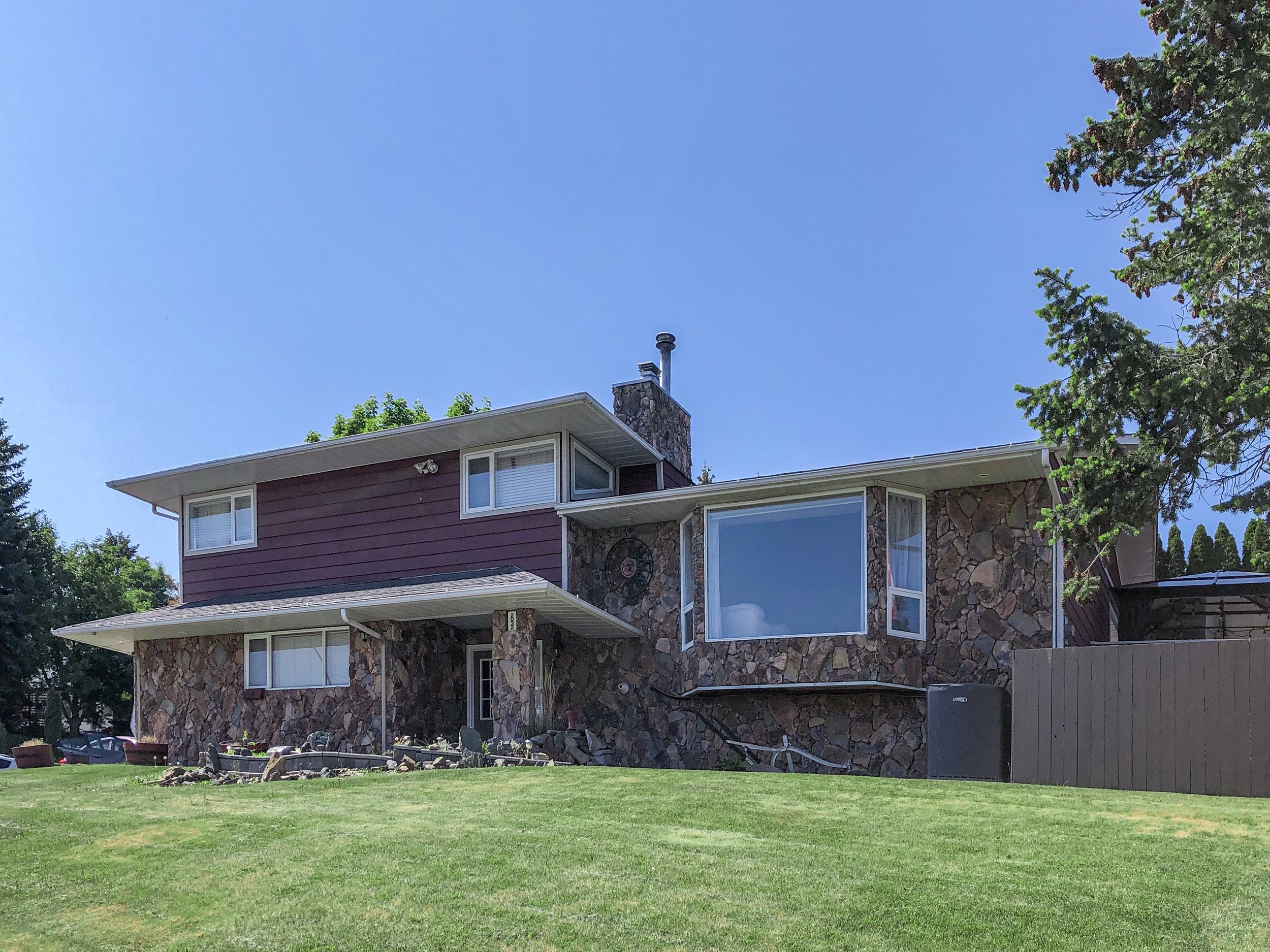 2032-sifton-avenue-kamloops-bc-aberdeen-for-sale-exterior-front-side-large-corner-yard.jpg