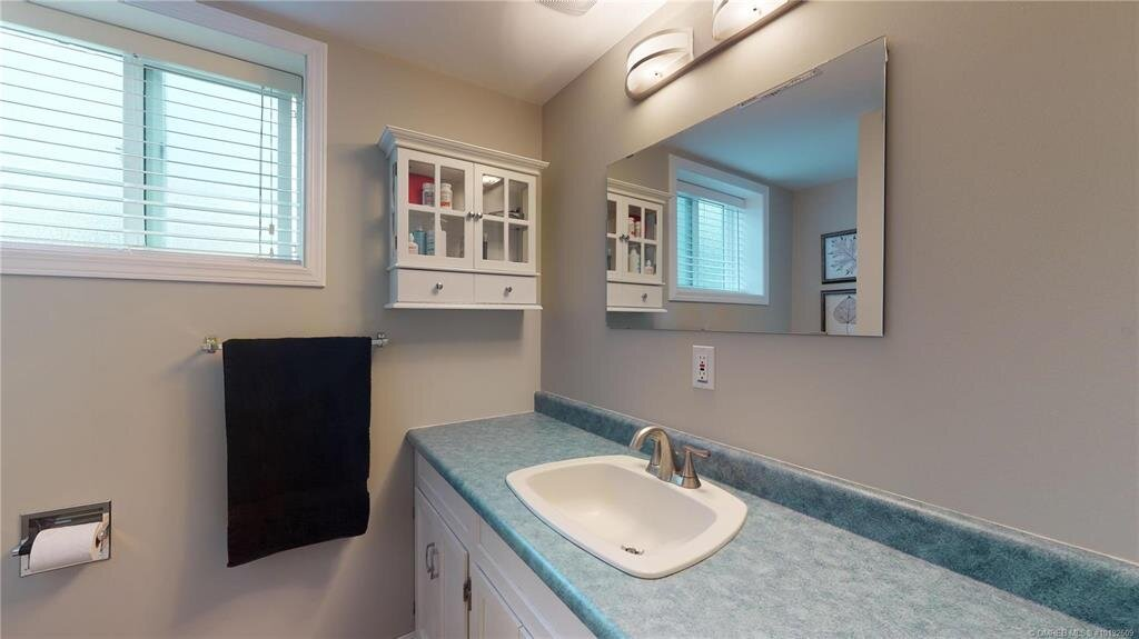 1404-richmond-street-downtown-kelowna-bathroom-2.jpg