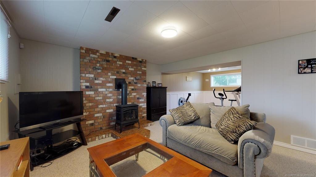1404-richmond-street-downtown-kelowna-family-room.jpg