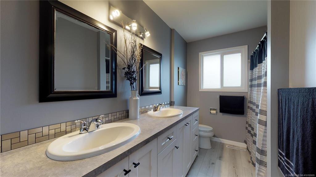 1404-richmond-street-downtown-kelowna-bathroom.jpg