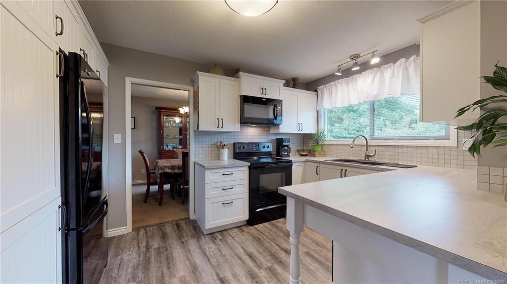 1404-richmond-street-downtown-kelowna-kitchen-4.jpg