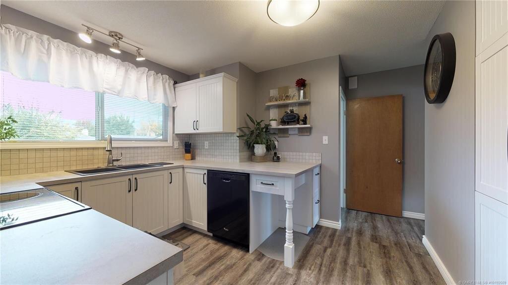 1404-richmond-street-downtown-kelowna-kitchen-2.jpg