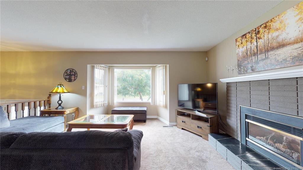 1404-richmond-street-downtown-kelowna-living-room.jpg