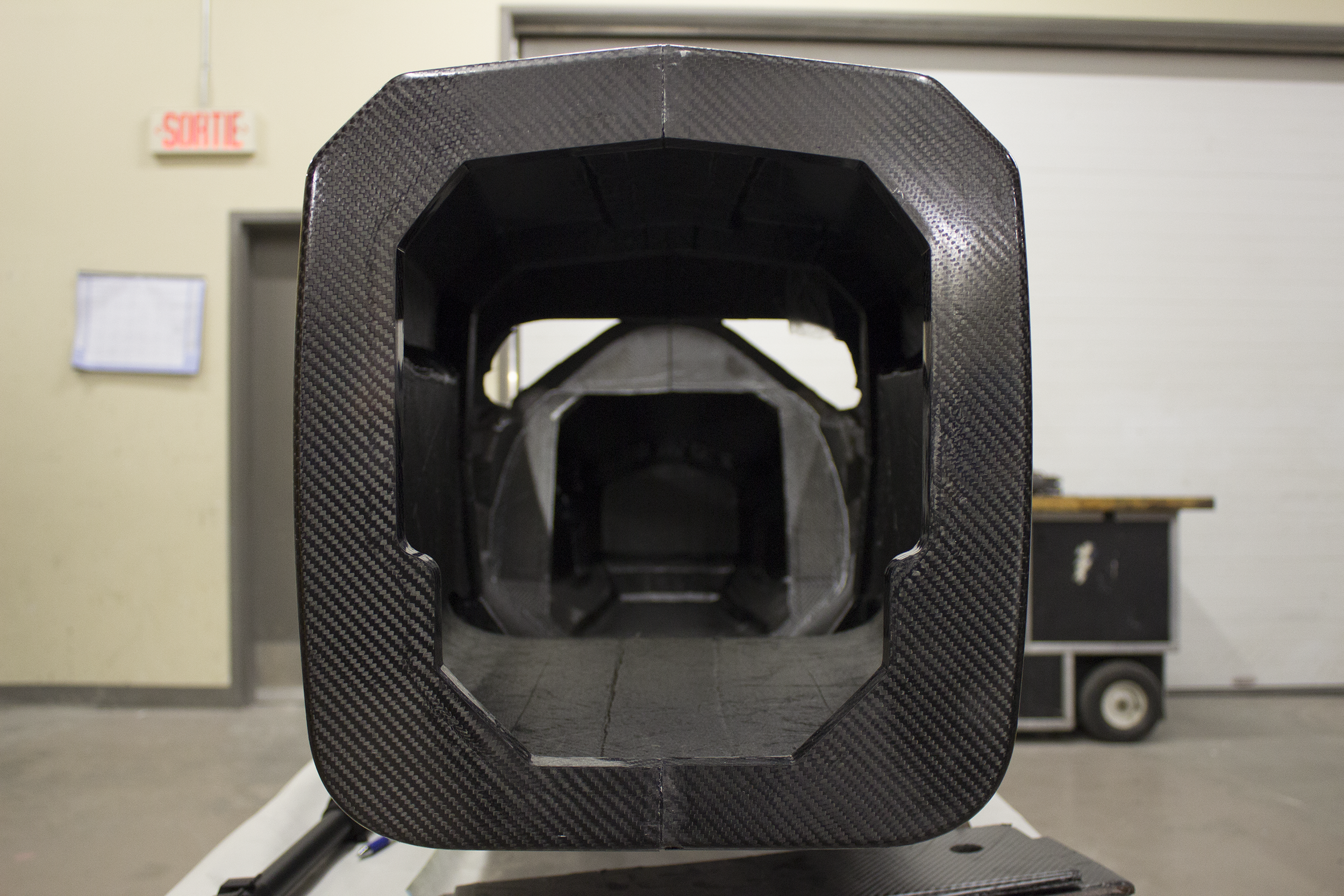 Une vue frontale du châssis de l'AXFF-16.  A front view of the AXFF-16's chassis.