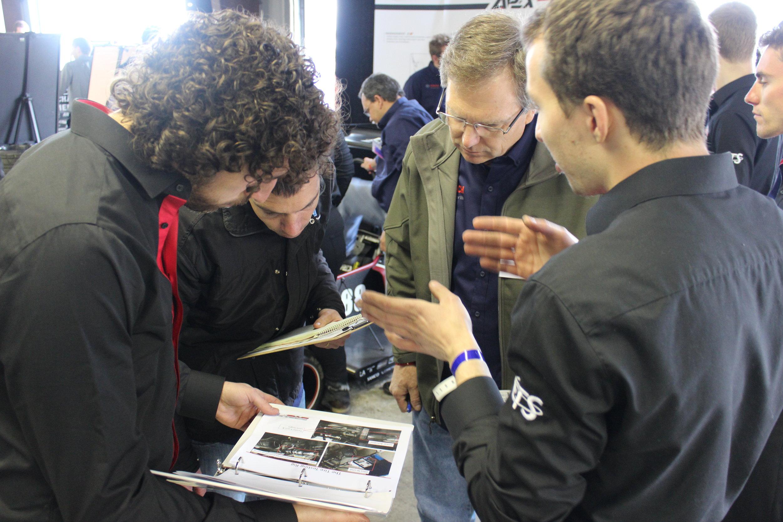 Grâce à Quentin et Léandre, on impressionne les juges avec la dynamique de notre véhicule lors de l'épreuve d'ingénierie.  --  Judges are impressed by the vehicle's dynamics explained by Quentin and Leandre during the engineering design event.