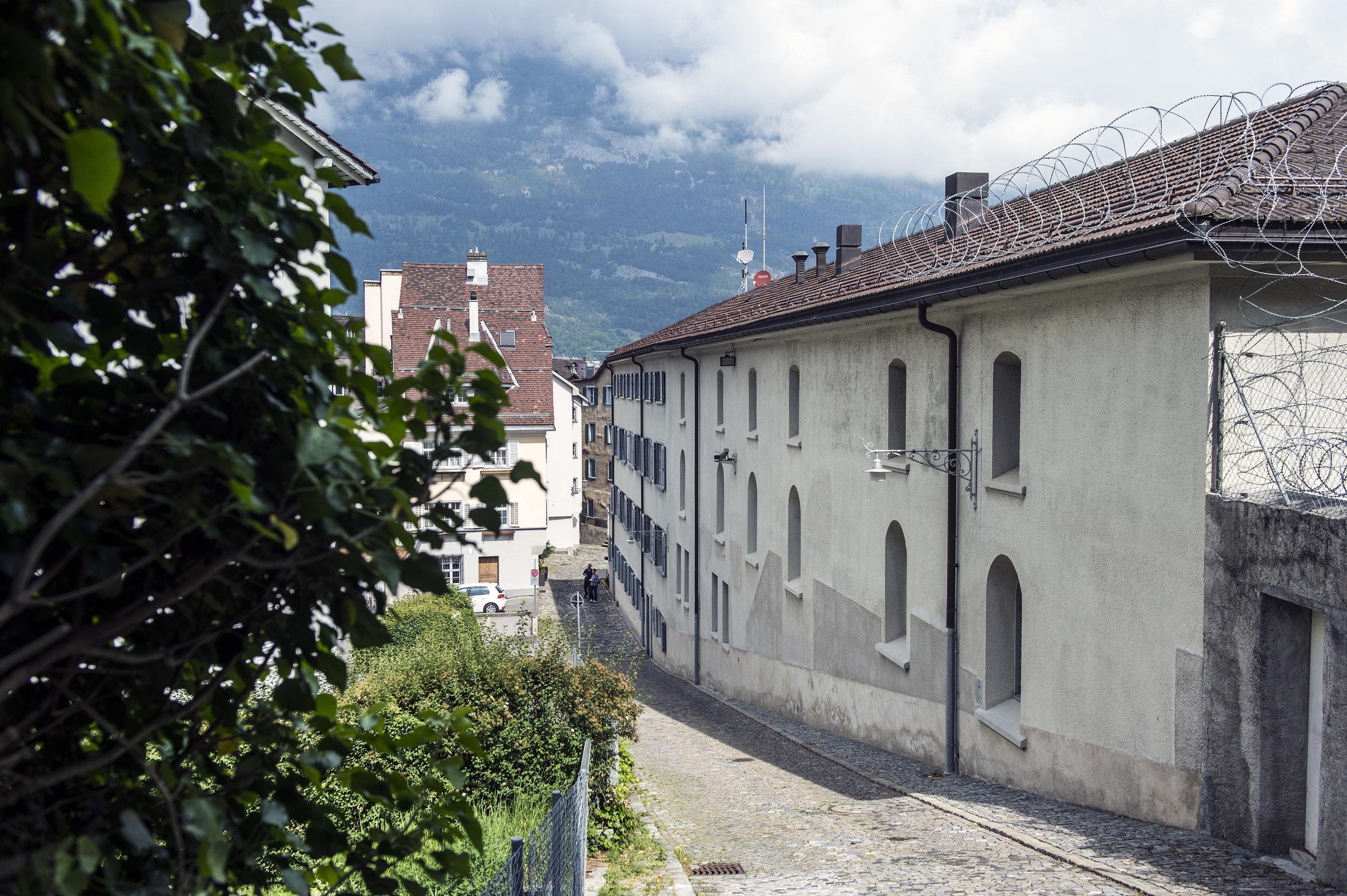 Links Wohnhäuser, rechts die Strafanstalt –heute ist eine so zentrale Lage für Strafanstalten unüblich.