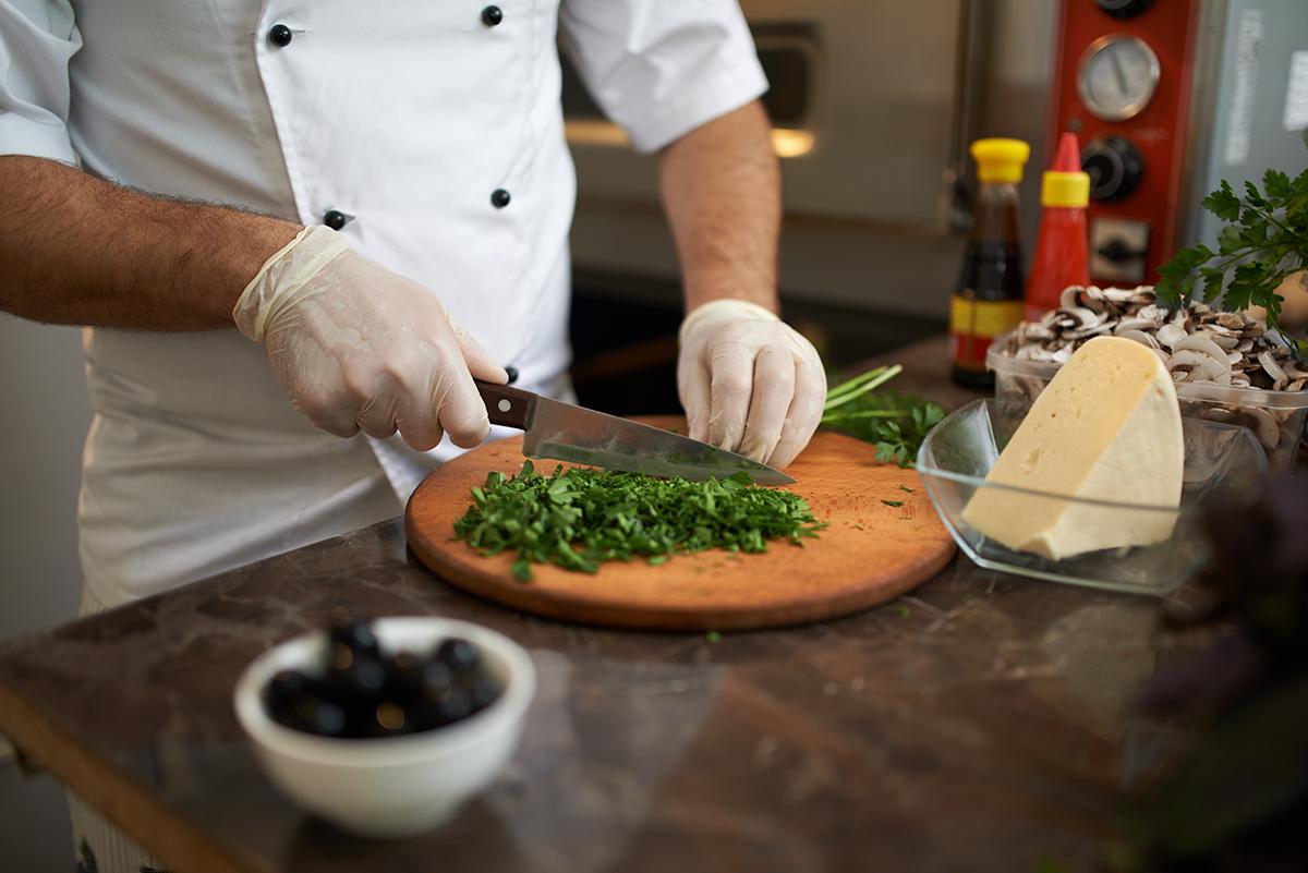 Should restaurant workers wear gloves?