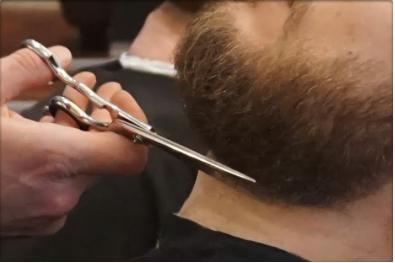 Taille de barbe - De 3 jours ou grosse barbe, pendant un vrai moment de détente nos professionnels lui donnent forme à votre envie et la rendent impeccable.Les étapes:- Mise en forme à la tondeuse et aux ciseaux- Serviette chaude: le petit moment d'évasion- Rasage des contours au coupe choux - Finition aux ciseaux - Application du sérum barbe BarbClub