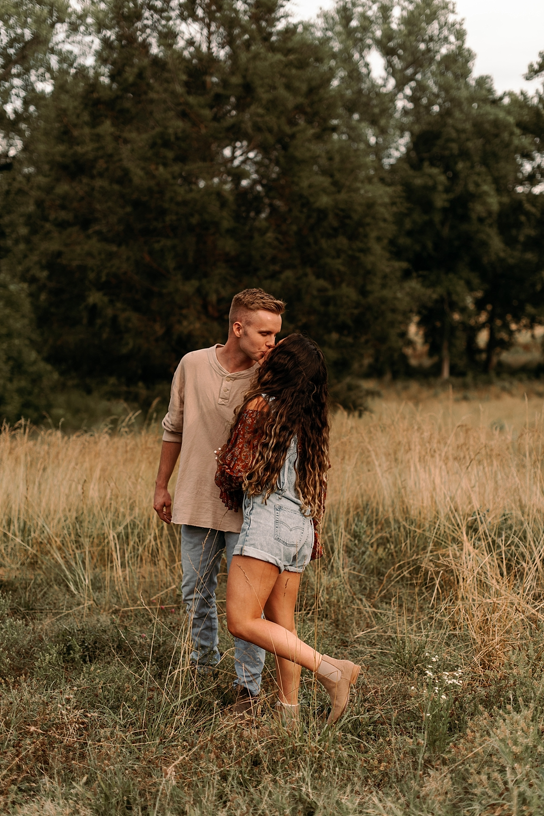 playful summer country field couple session_0004.jpg