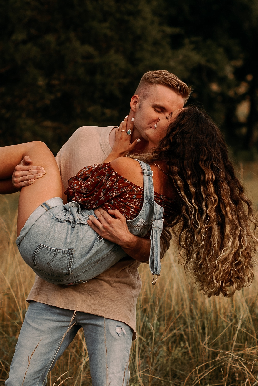 playful summer country field couple session_0008.jpg