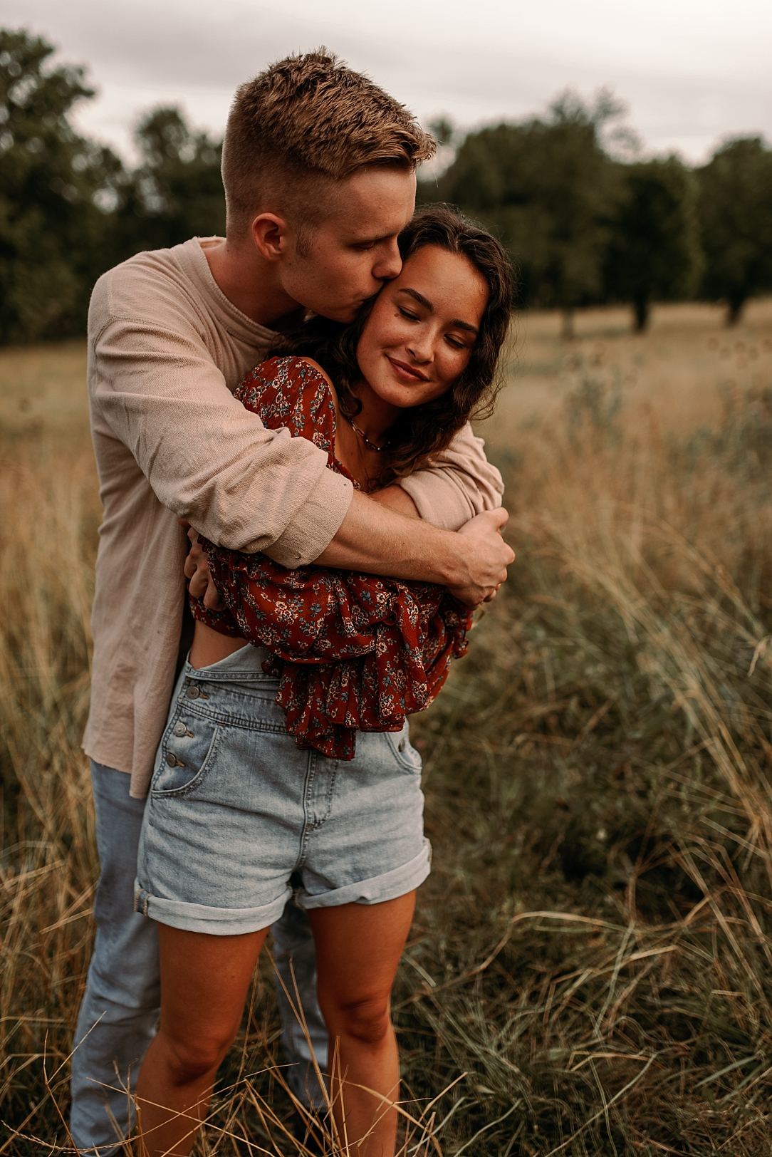 playful summer country field couple session_0033.jpg