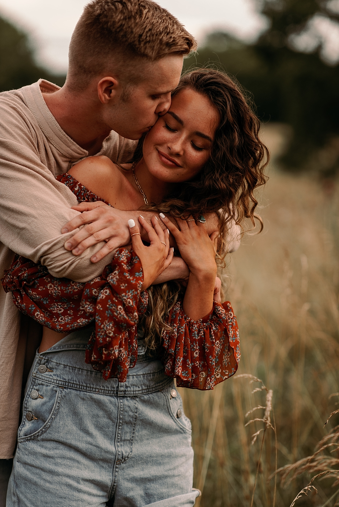 playful summer country field couple session_0038.jpg