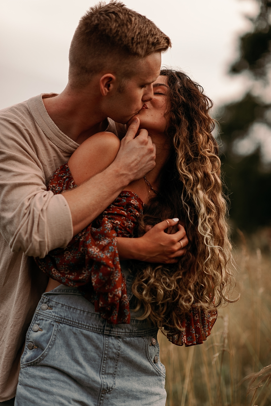 playful summer country field couple session_0046.jpg