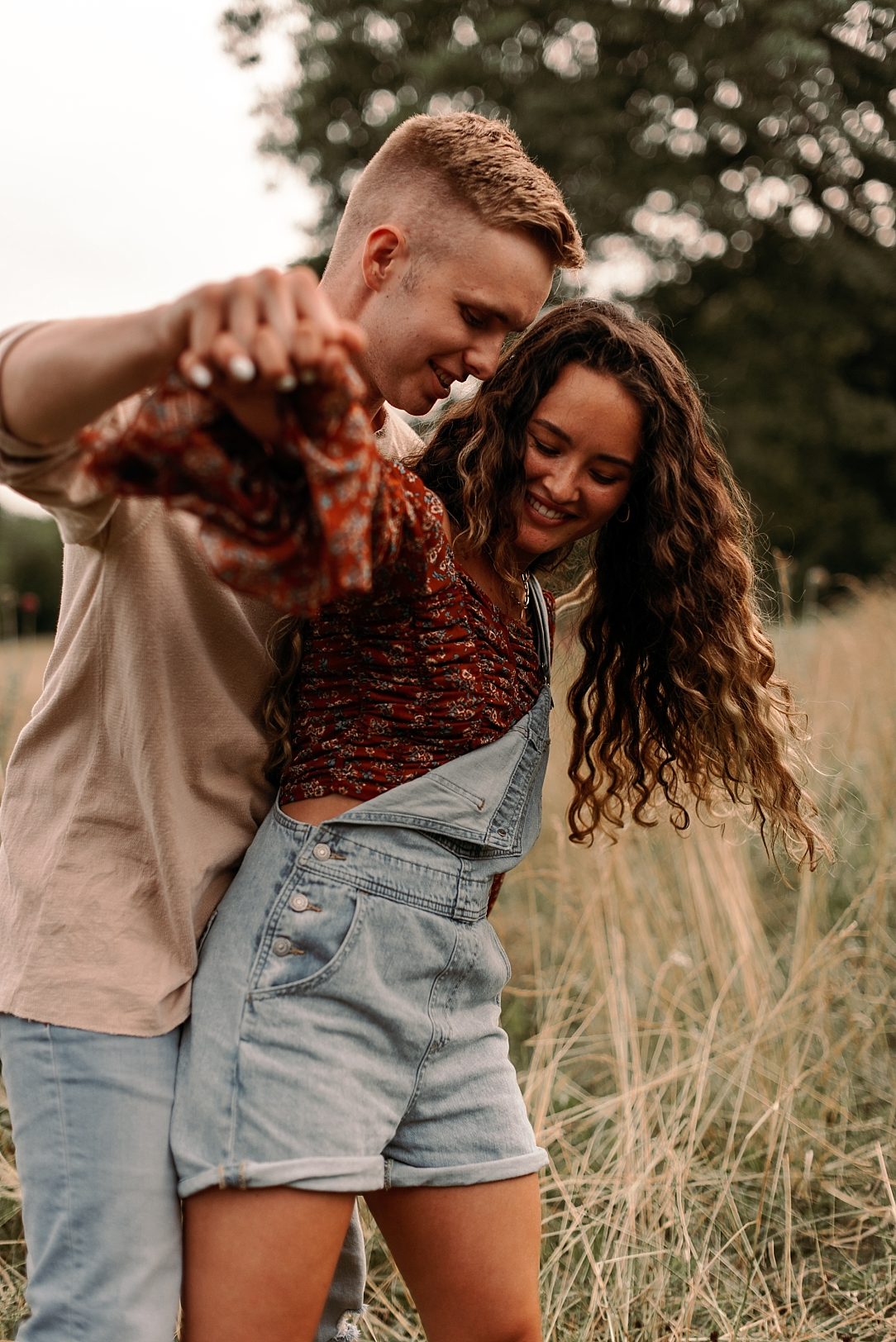 playful summer country field couple session_0060.jpg
