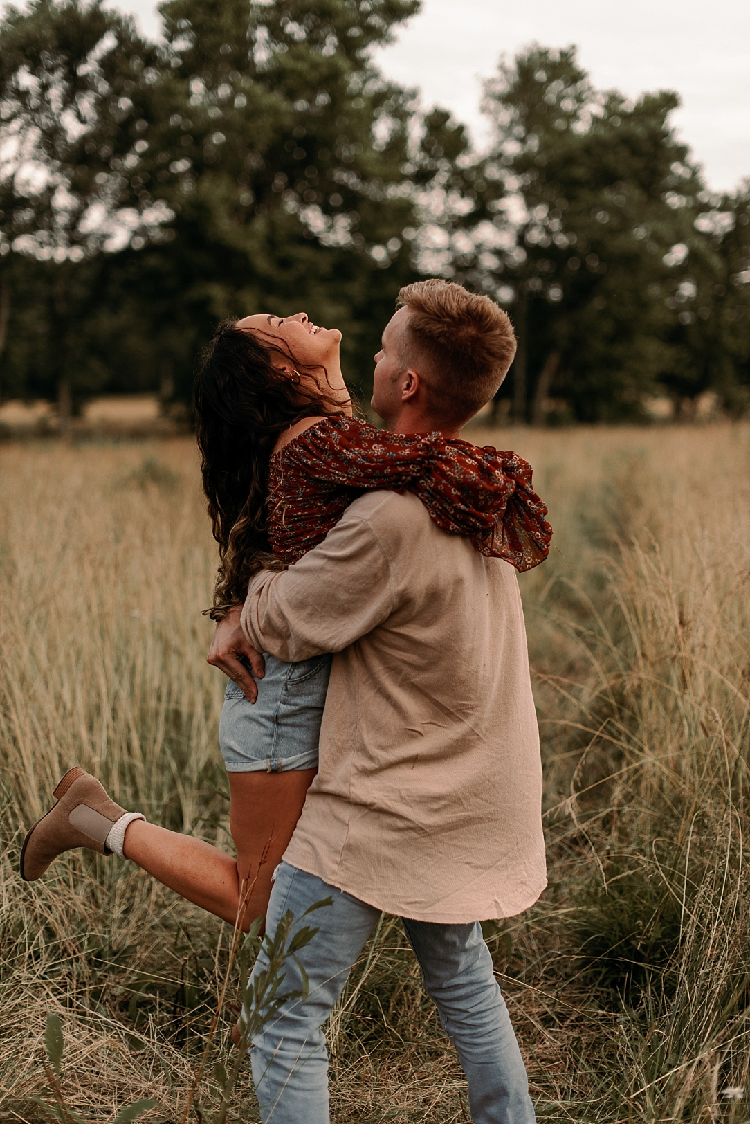playful summer country field couple session_0079.jpg