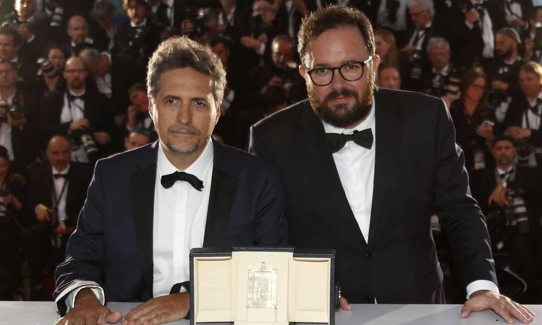 xKleber-Mendonca-Filho-e-Juliano-Dornelles-posam-apos-ganhar-o-Premio-do-Juri-em-Cannes-com-Bacurau.jpg.pagespeed.ic.H-f-6Q-CBO.jpg