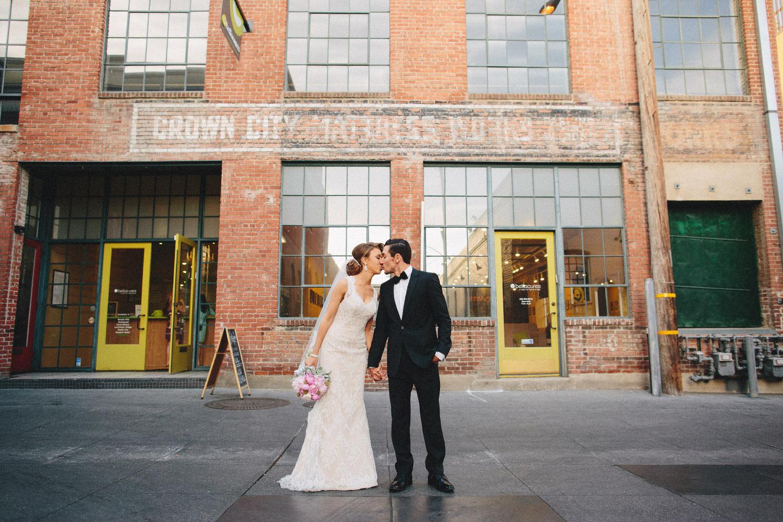 pandora_on_green_wedding_01.jpg