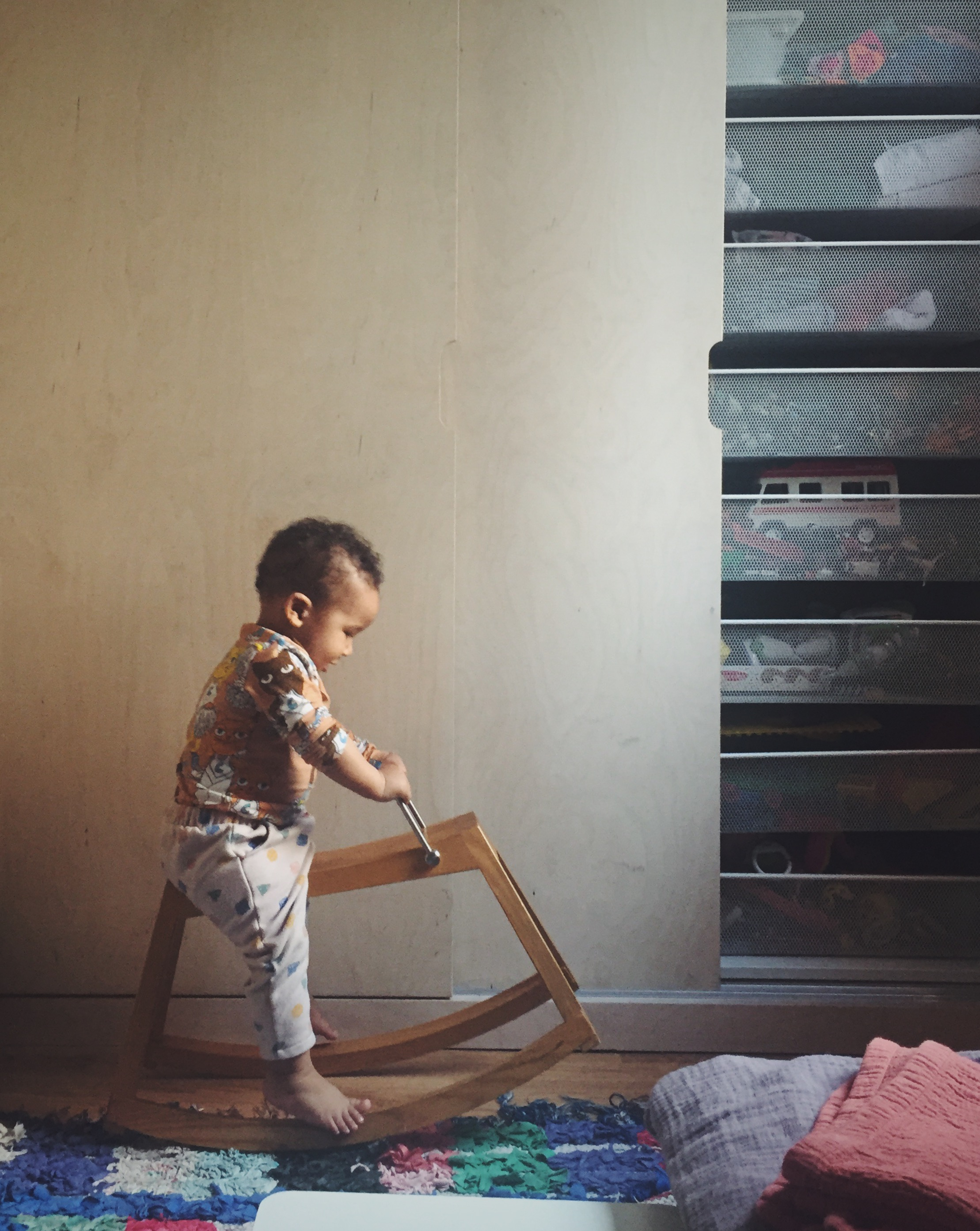 Clever built-in storage and a cute baby. Jessica Traylen of @small.solutions__
