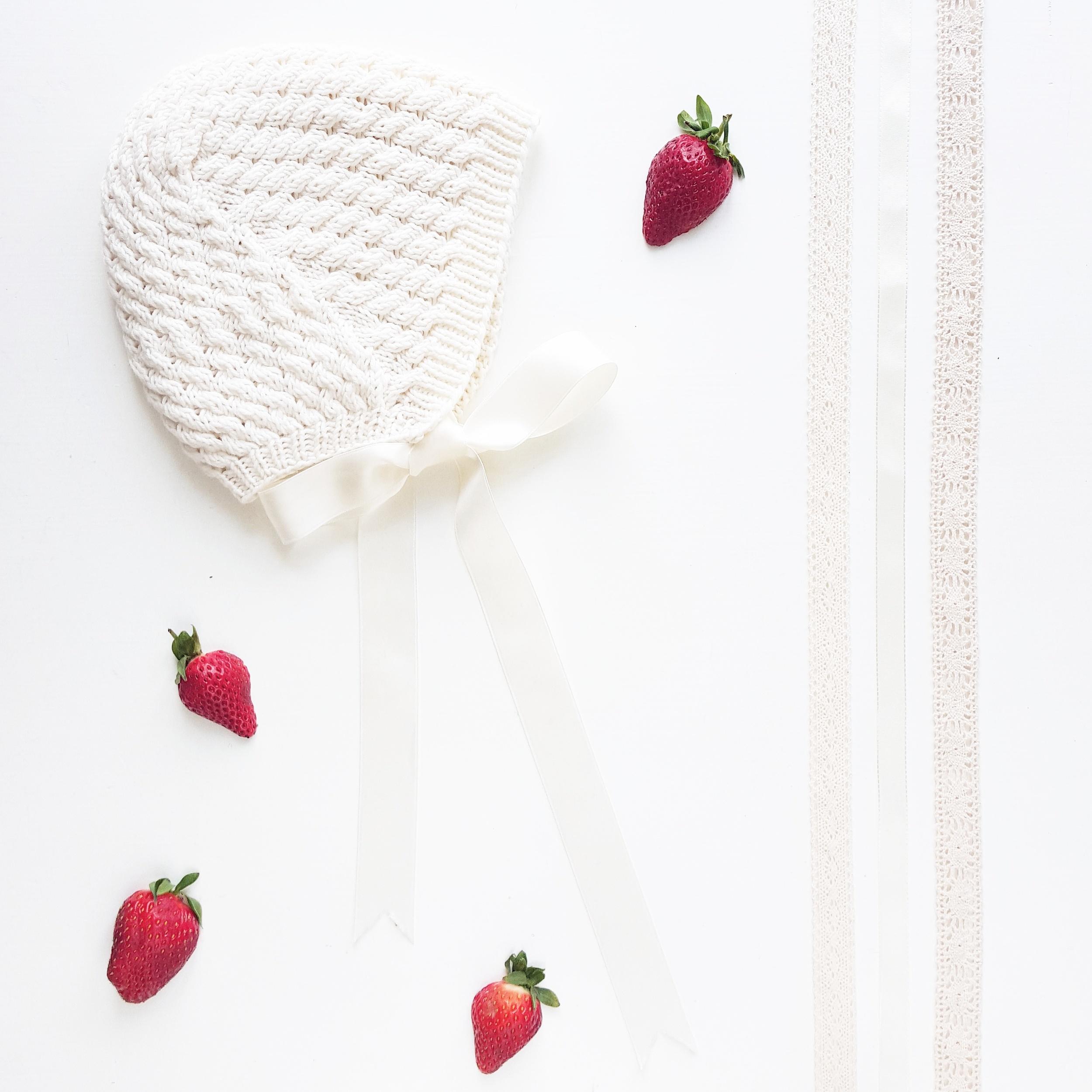 Splitter nye  flettekyse  er en vakker, lettstrikket liten sak, hva med å kombinere den med Tirildrakten for en liten sommerprinsesse eller -prins?