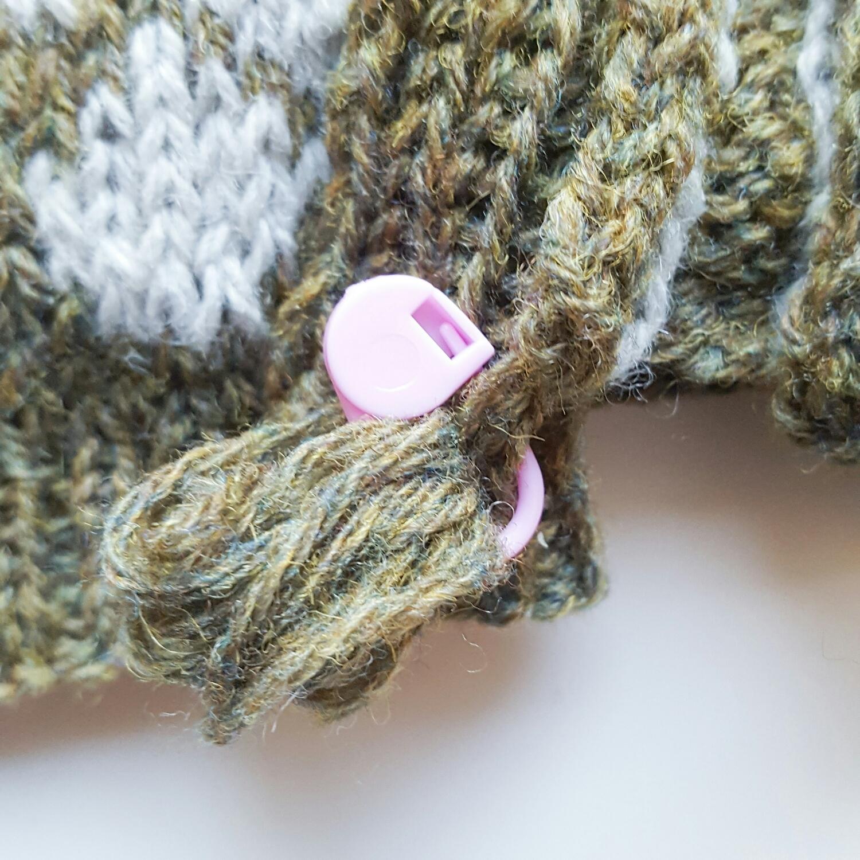 Jeg fester alltid tråder i som trengs senere i strikketøyet, med lukkbare maskemarkører. Dette er til belegget 😊