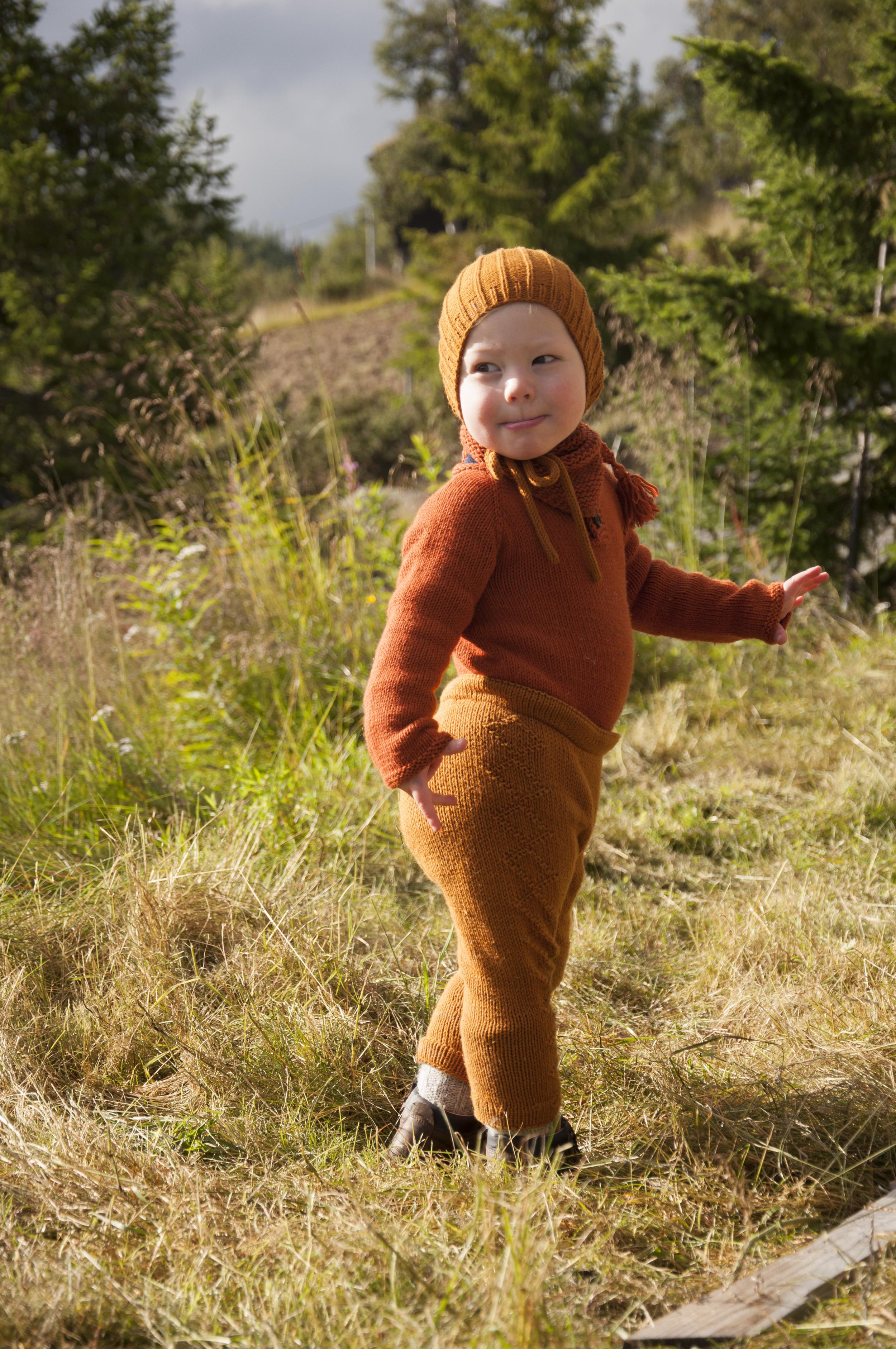 Birkelue  og  Villvestbukse  i Lerke 3046 - Brun,  Fridadrakt  og  Enkel hals  i Cotton Merino 25 - Rust