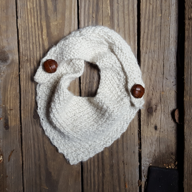 Knappeskjerfet er fra knitsandpieces/Marianne Bjerkmann - oppkriften er gratis og finnes  her . Jeg har strikket i drops alpakka.