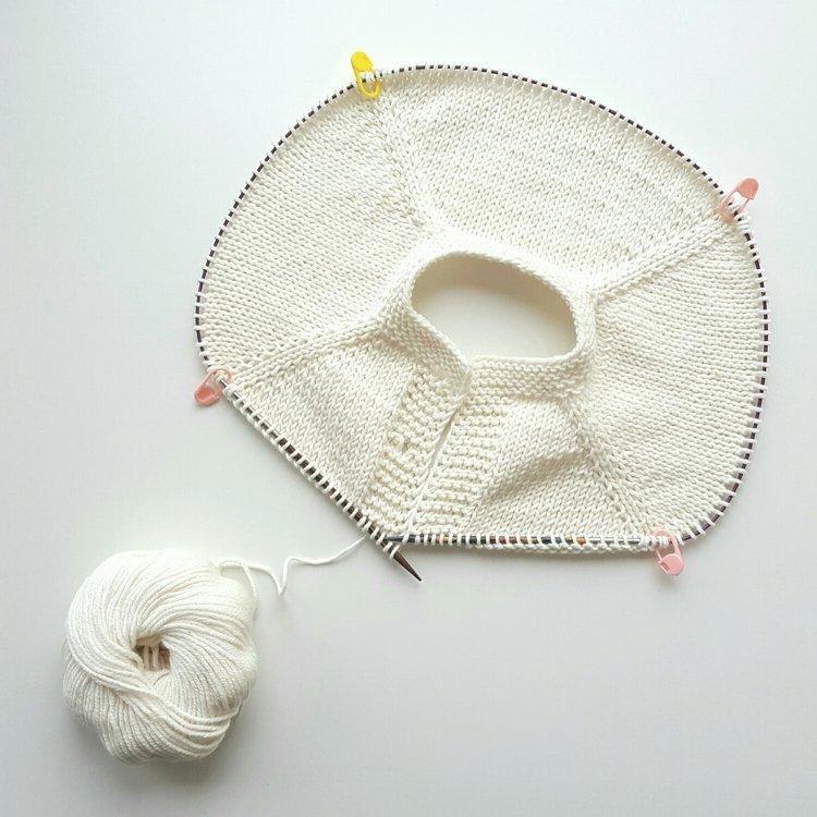 Hvit variant av Fridajakka fra Ullungenboka i drops cotton merino til ulltulla.