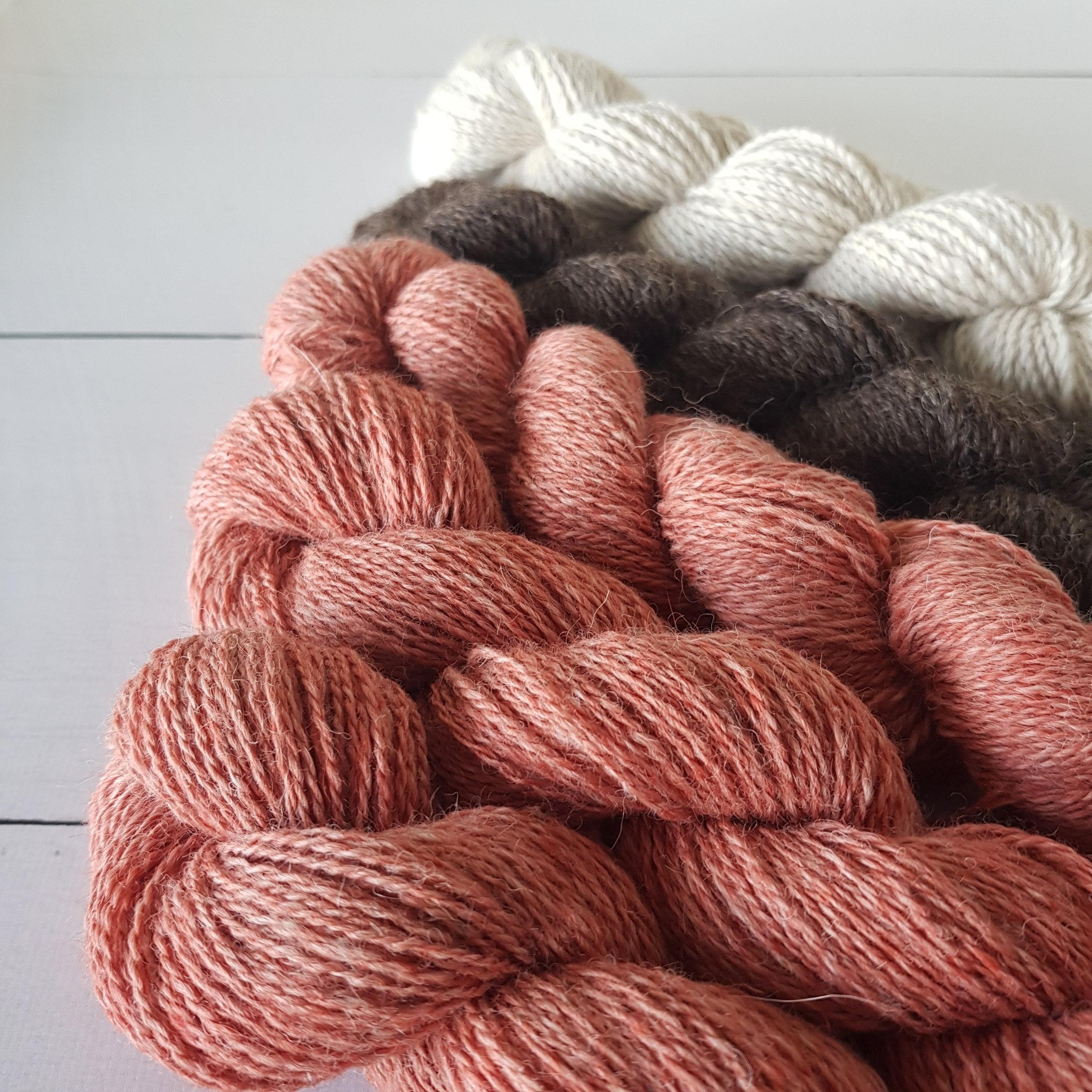 Melert støvet rosa, mørk naturbrun og -hvit.Jakke til tulla er planen!