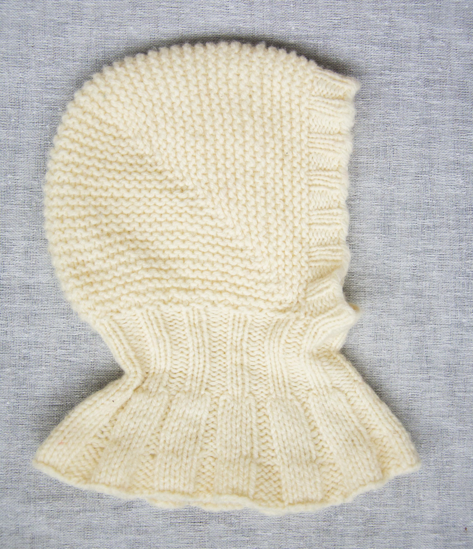 Fjerde forsøk var nærmest et mellomprosjekt: Hvit lue strikket i enkel 3 tråds Leine Merino, som er et ubehandlet norsktmerinogarn som er dødslekkert. og utrolig isolerende! Dette er nok den varmeste av alle. Halsen er litt lang og bærestykket ditto