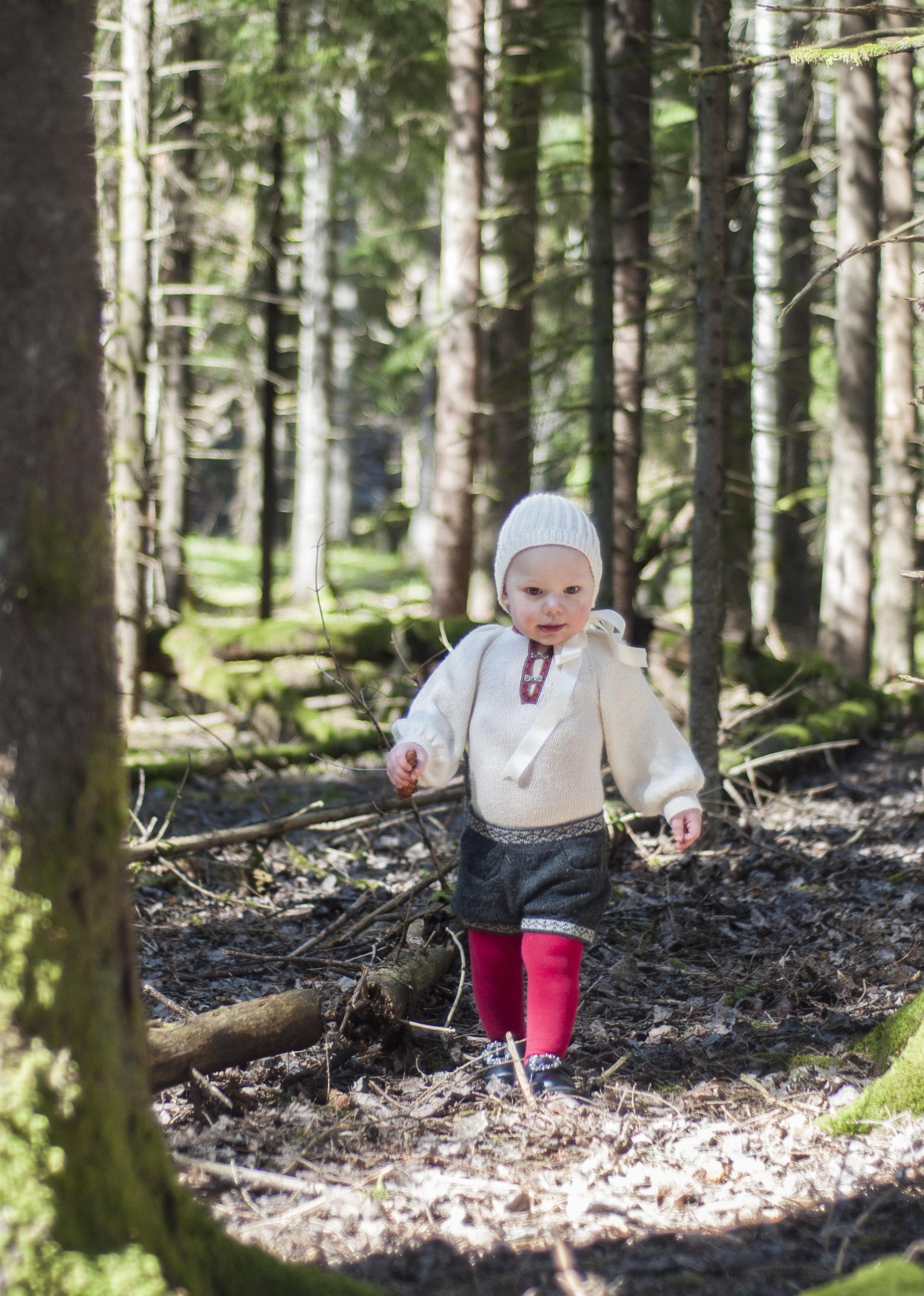 Denne bildeserien her blir jeg så lykkelig av - en liten tass i bunad som løper rundt i maiskogen!