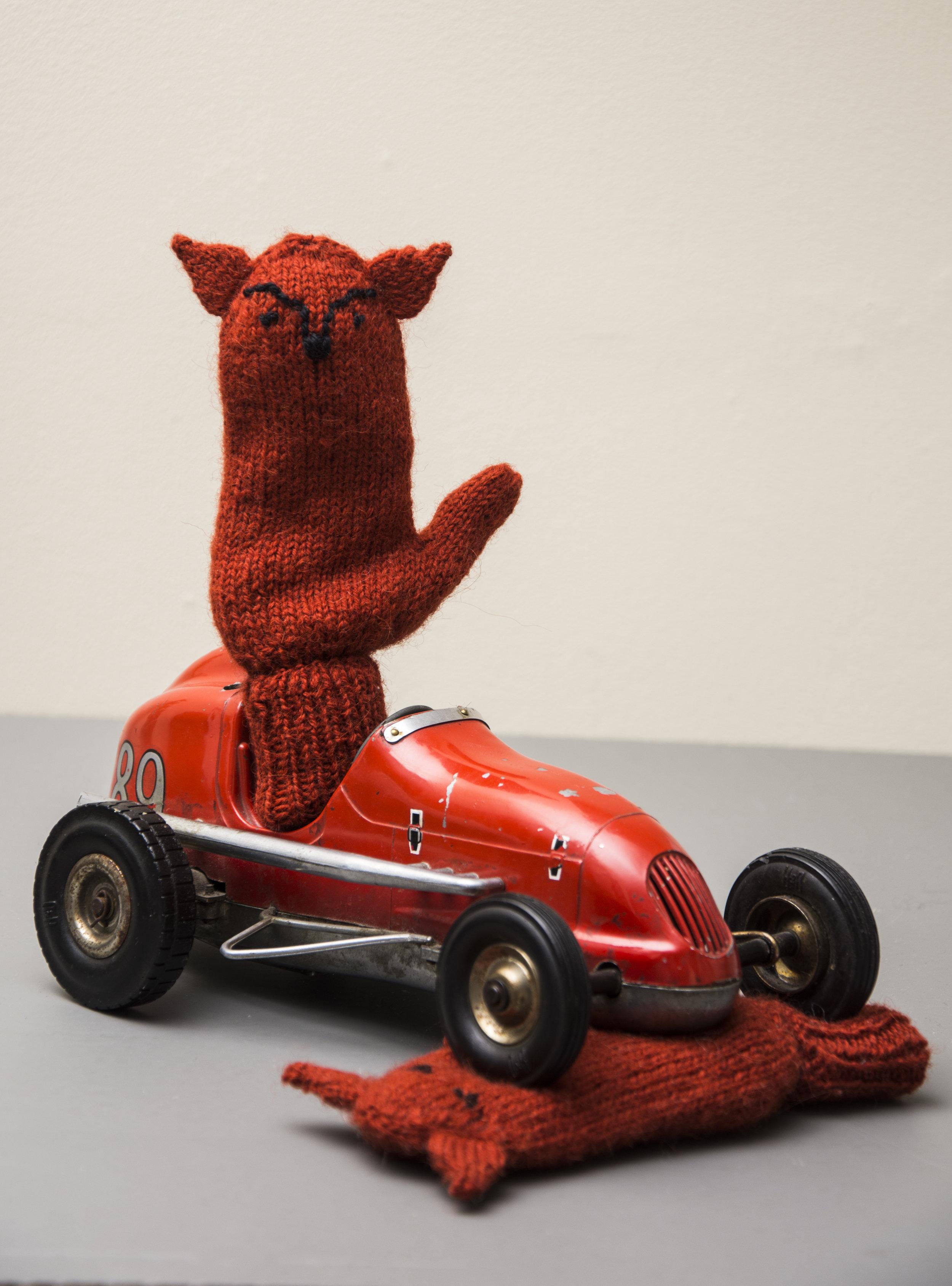 Dyrevotter med reveører i alpakka wool.