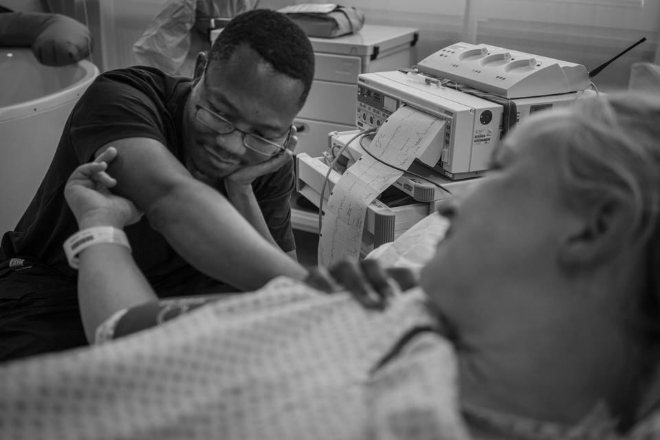 Geburtsfotografin zeigt Geburtsfotos