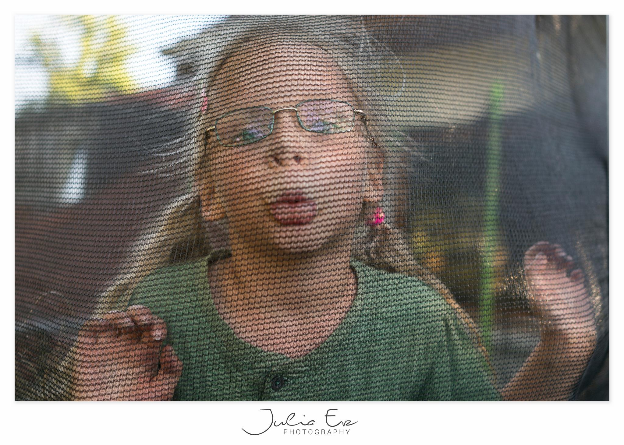 Familienfotografie Julia Erz - Mädchen draussen in Trampolin