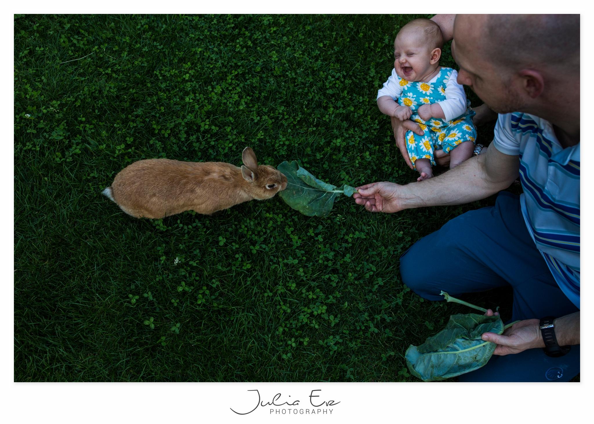 Familienfotografie Julia Erz - Baby lachend mit Hase
