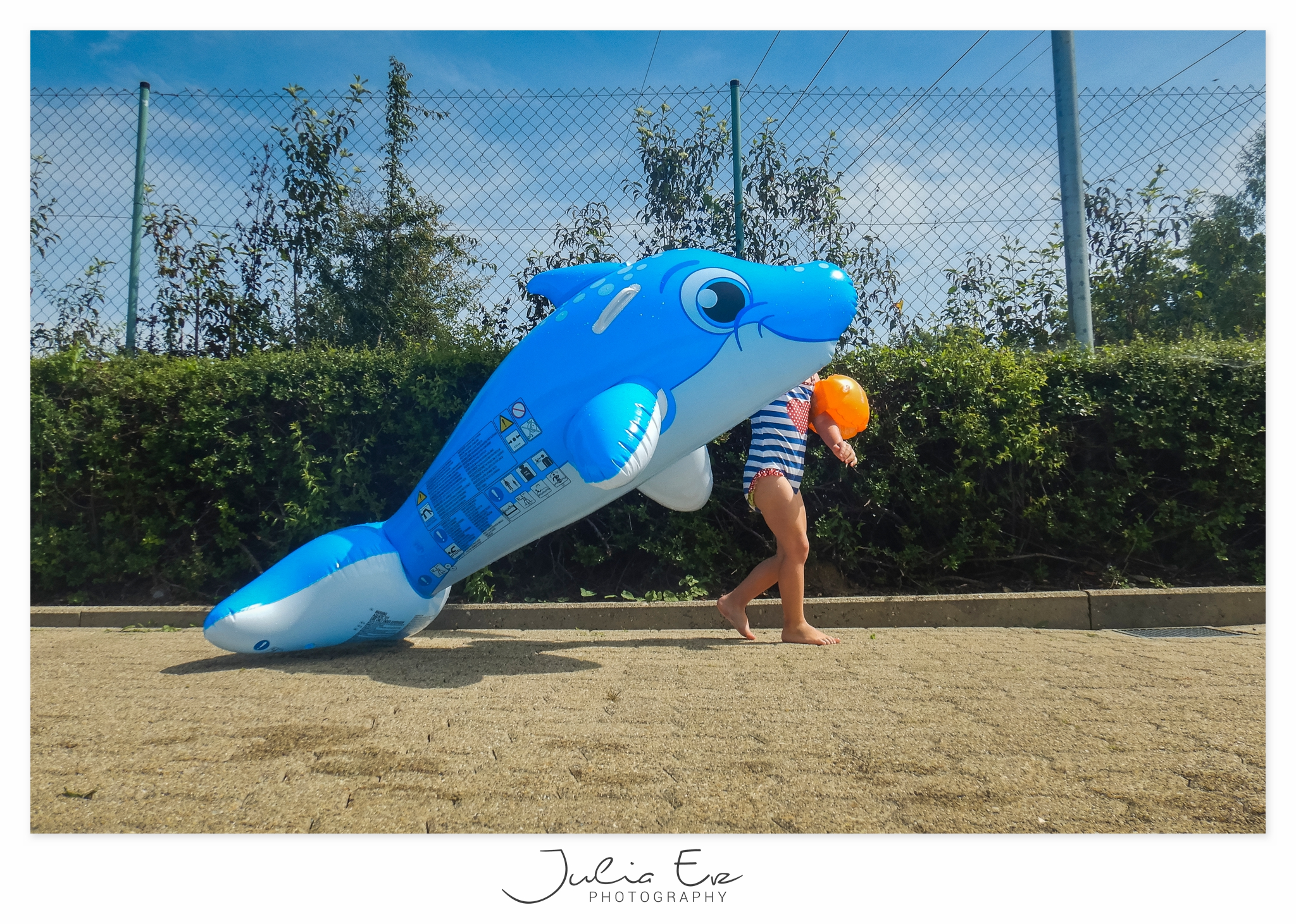Familienfotografie Julia Erz Photography - Kind mit riesigem aufblasbaren Delfin