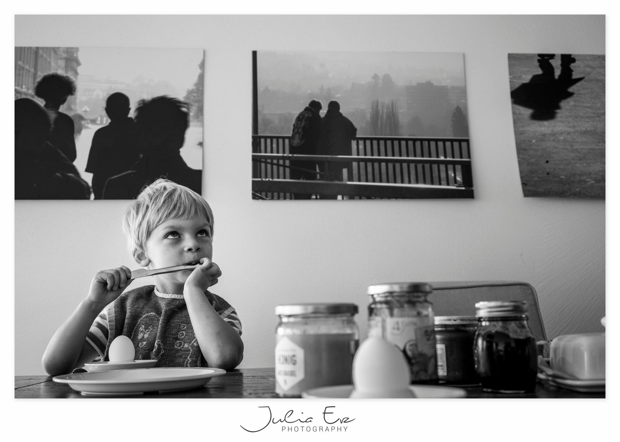 Familienfotografie - Julia Erz - Junge schaut fragend