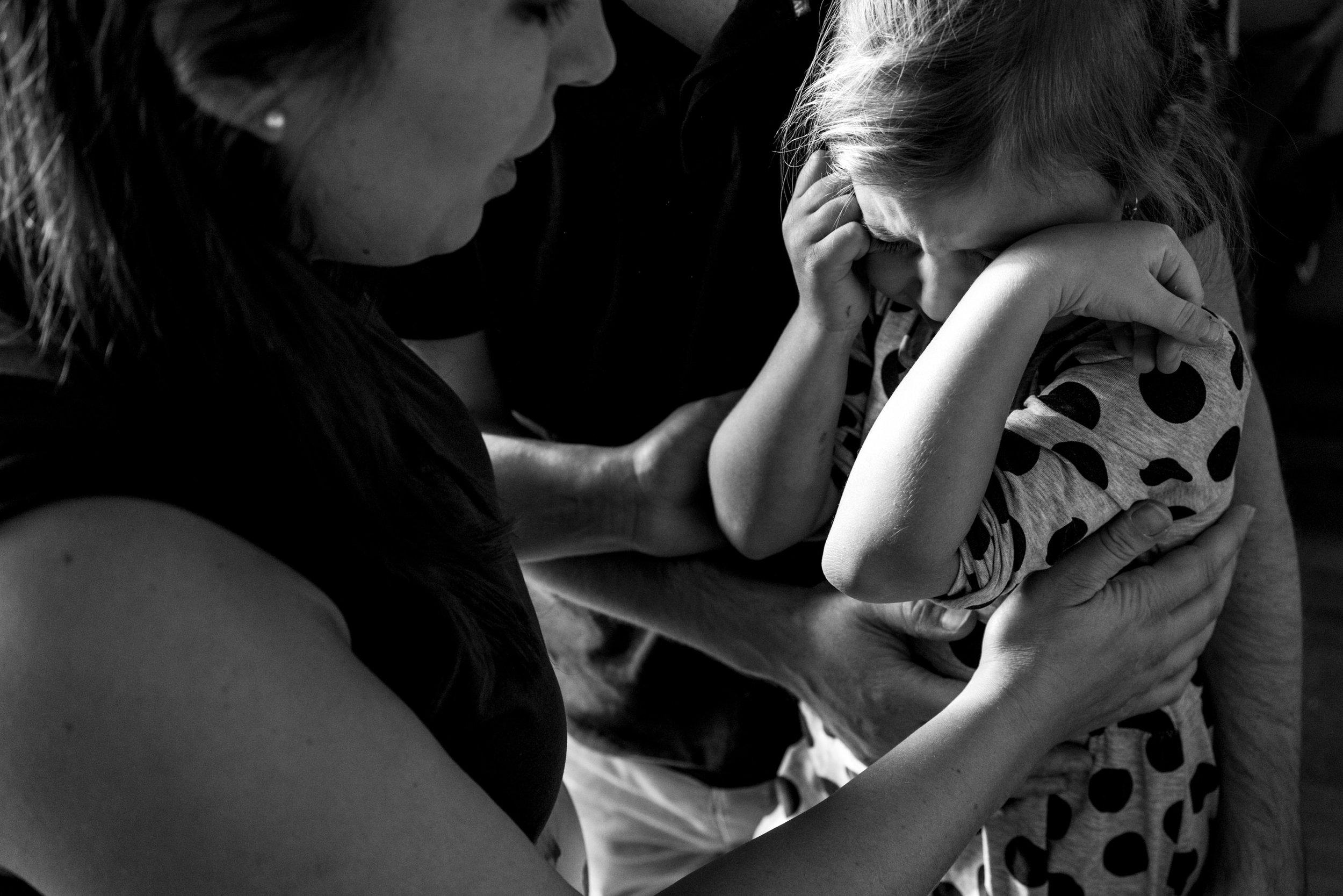 Eines meiner besten Familienfotos aus einer Familienreportage - schwangere Mama tröstet drinnen ihre Tochter