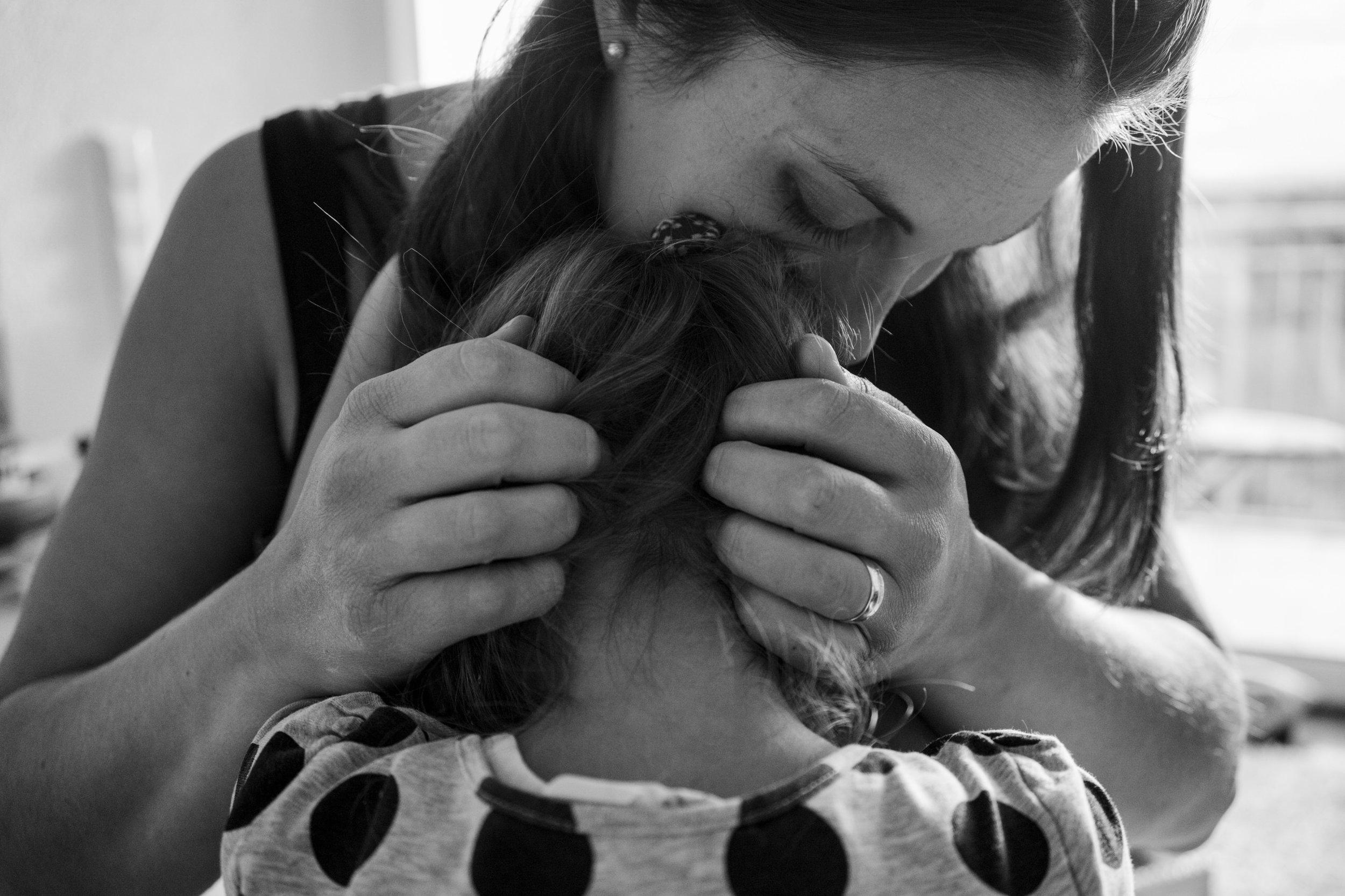 Eines meiner liebsten Familienfotos - Mama mit Babybauch tröstet zuhause ihre kleine Tochter