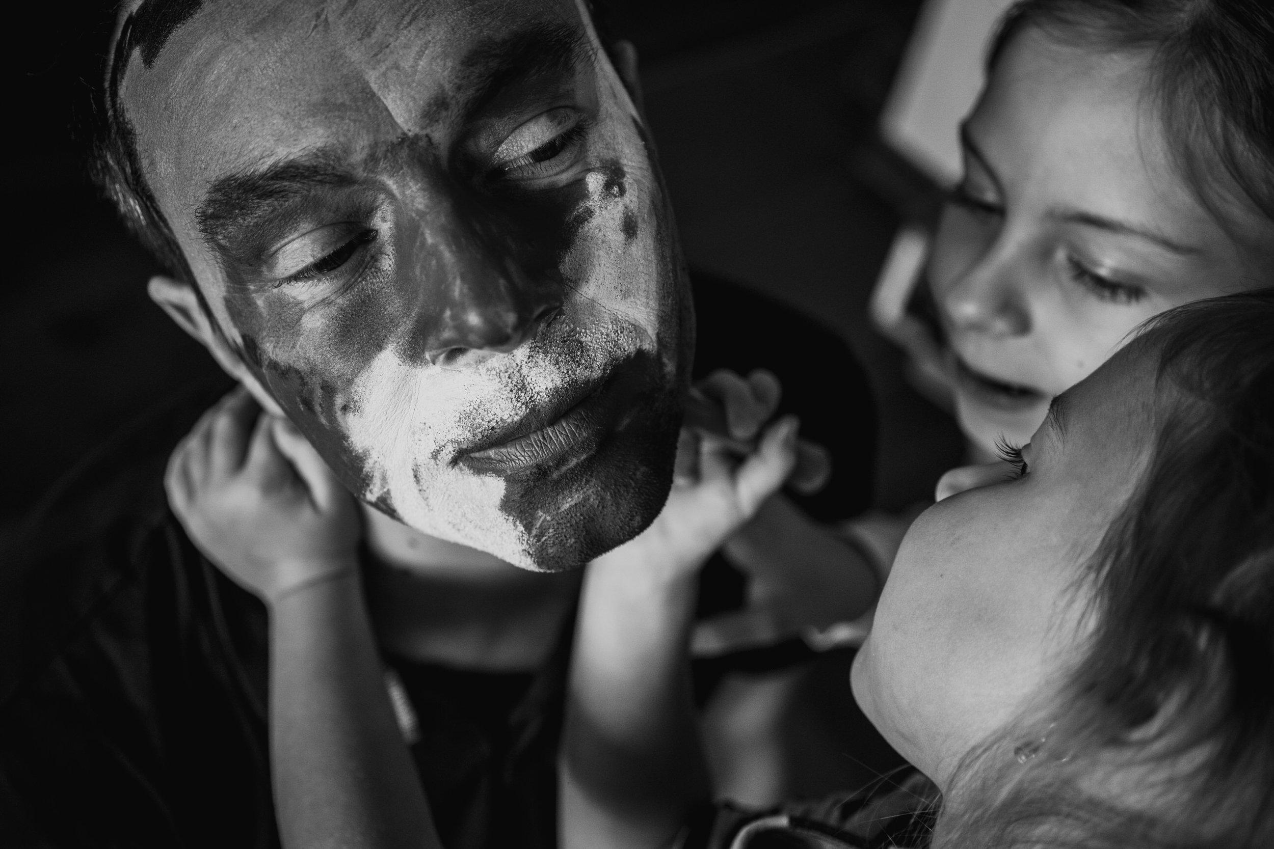 Eines meiner besten Familienfotos aus einem Babybauchshooting - Töchter schminken drinnen ihren Papa