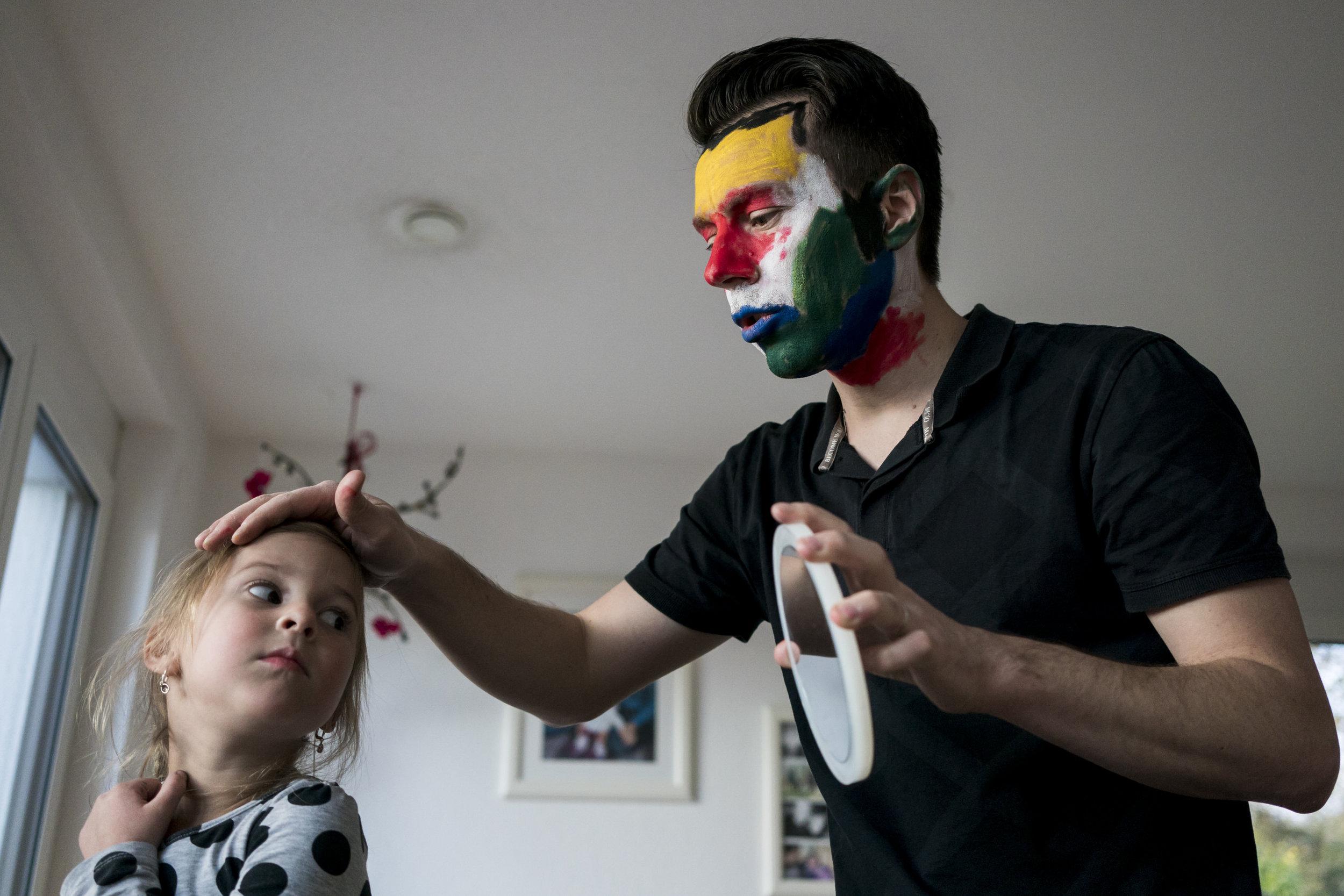 Eines meiner liebsten Familienfotos - Mädchen schaut sich im Spiegel an, den der geschminkte Papa für sie hält