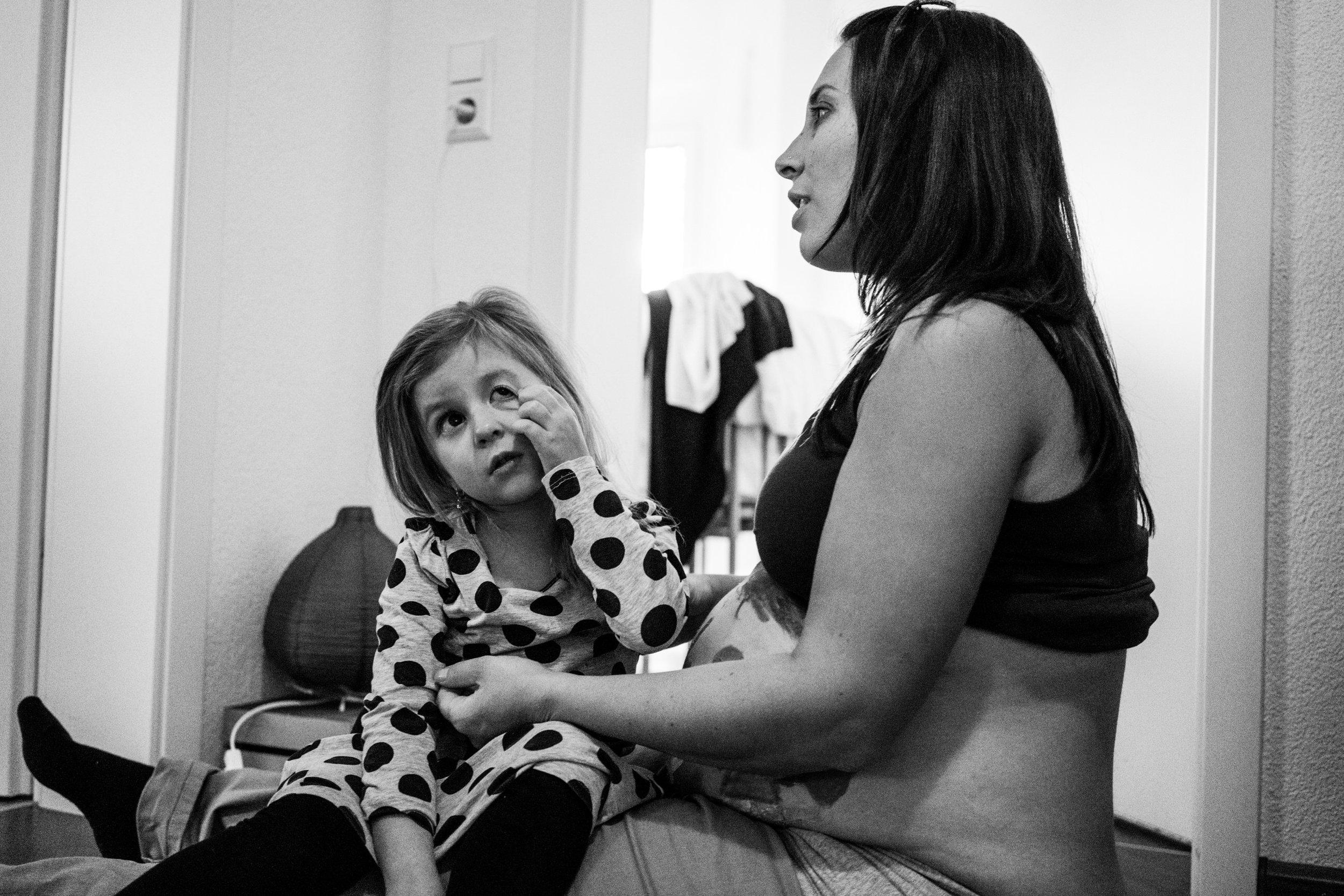 Eines meiner liebsten Babybauchfotos - schwangere Mama tröstet ihre weinende Tochter