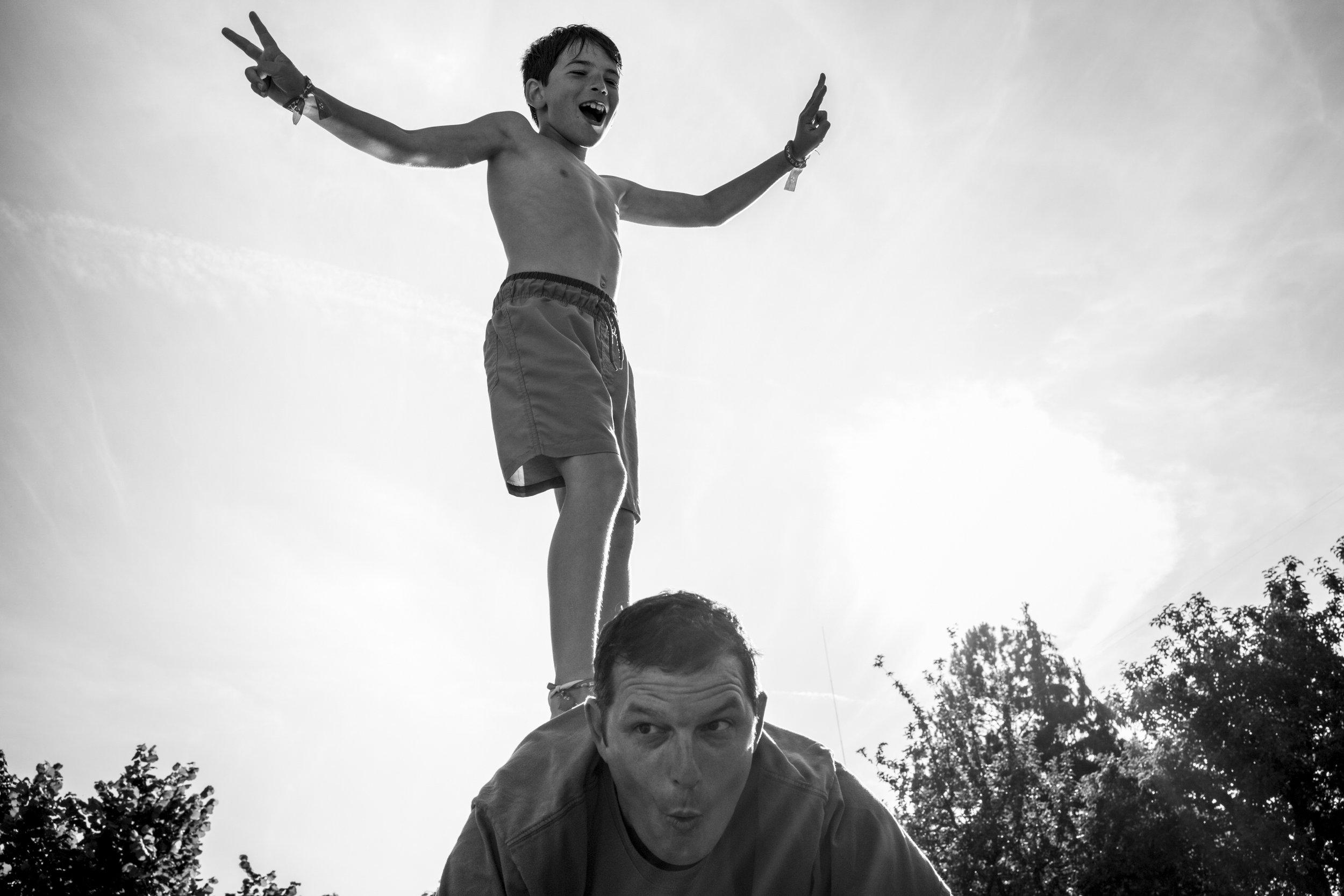 Eine Familienreportage im Sommer draussen am Pool mit zwei befreundeten Familien - die richtige Mischung! Familienfotografin Julia Erz zeigt Bilder eines sehr warmen Sommertages. Im Rahmen der dokumentarischen Familienfotografie entstehen herrlich wunderbar entspannte Familienfotos.