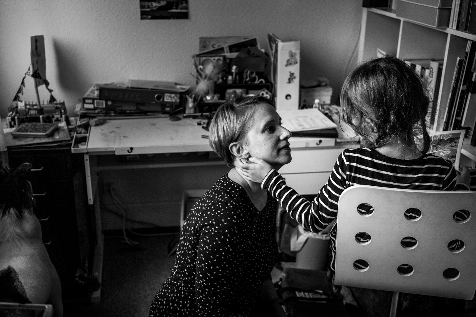 Mutter und Tochter Zuhause | Familienfotografin Julia Erz zeigt Familienreportage